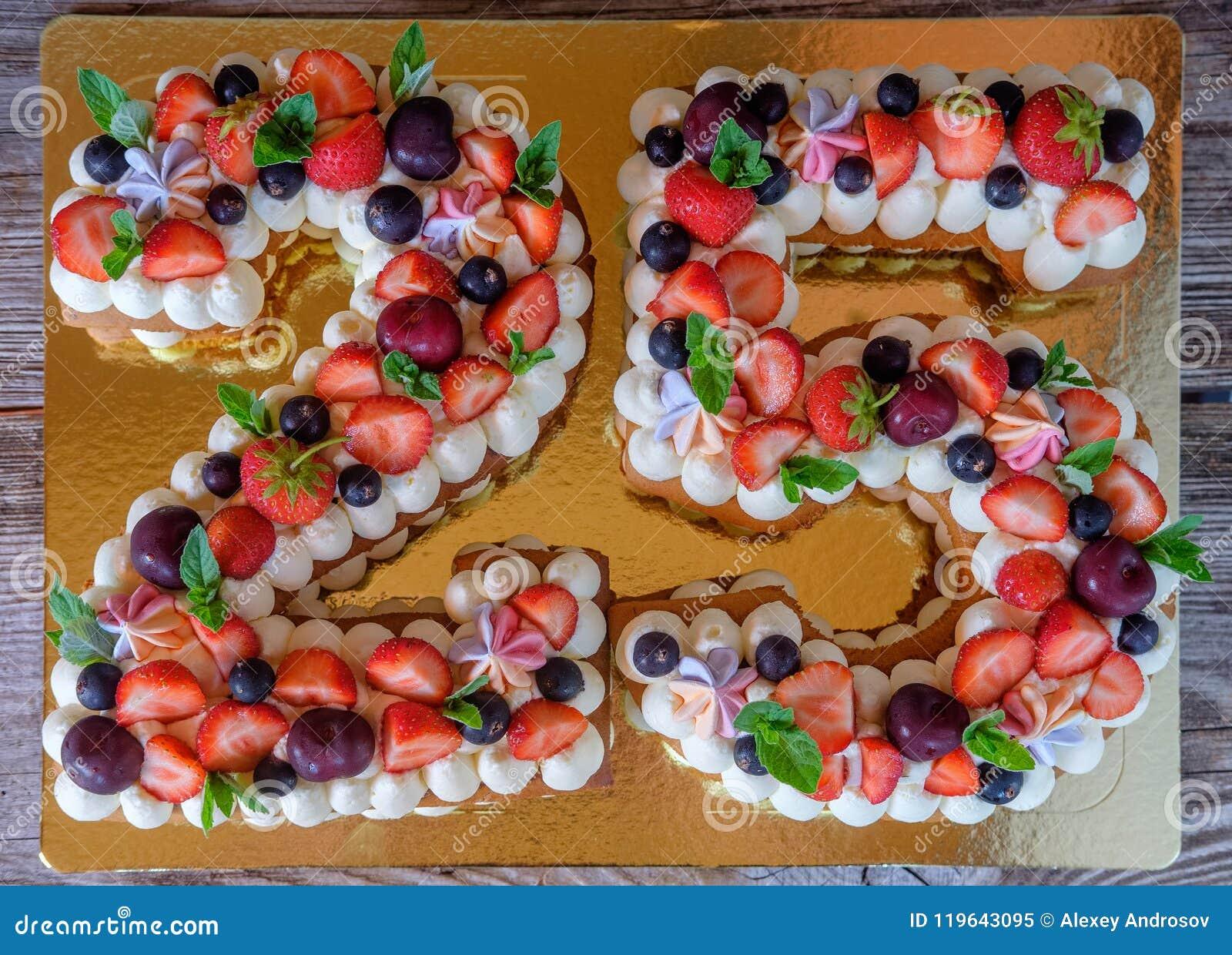 Torta Di Compleanno Sotto Forma Di Numero Venticinque Immagine Stock