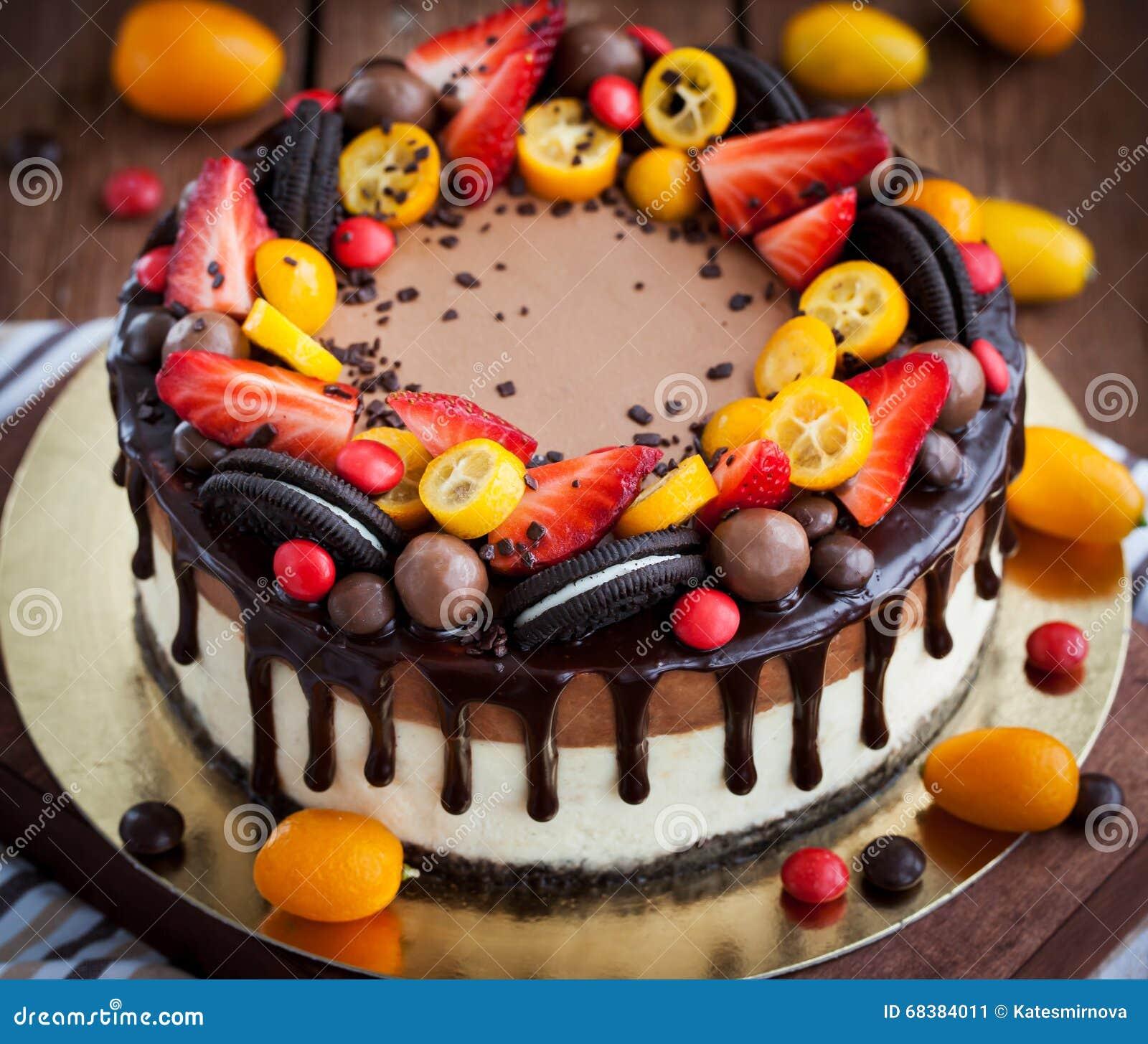 Torta di formaggio del cioccolato decorata con la frutta - Decorazioni torte con glassa ...