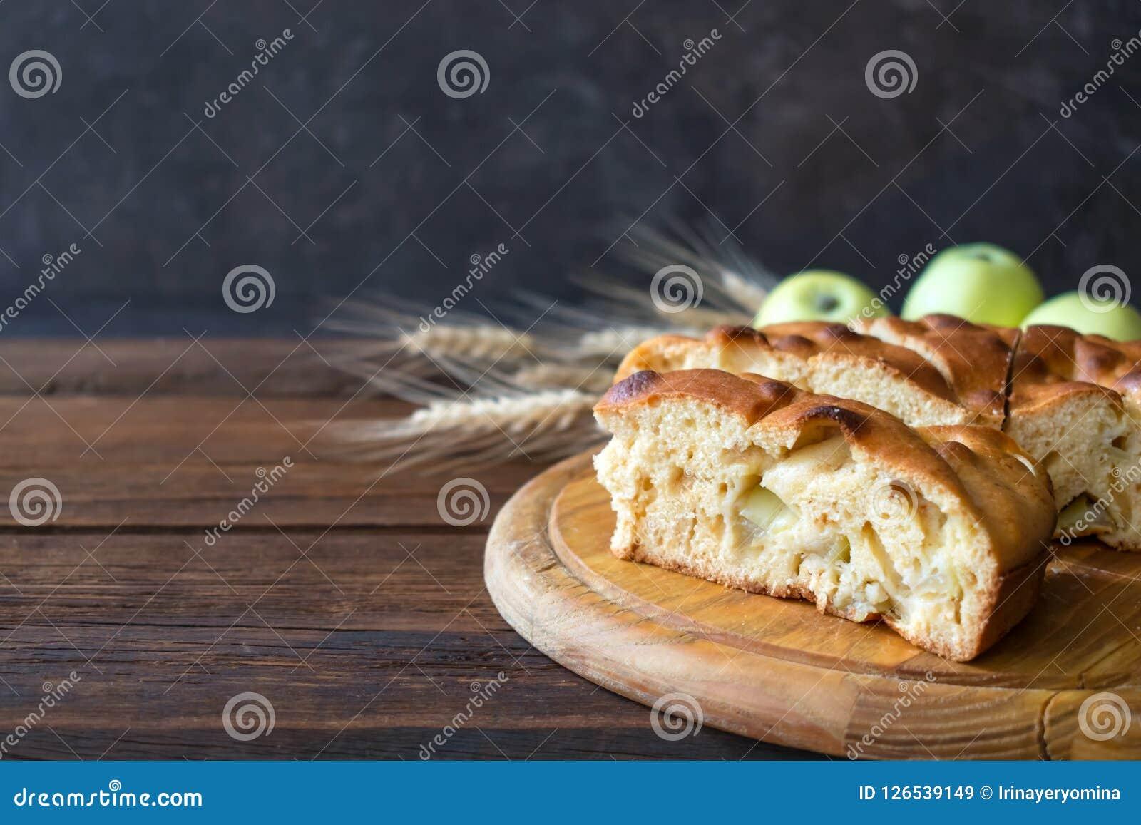 Torta di mele casalinga rotonda, calzolaio, budino di mele, Apple Charlotte