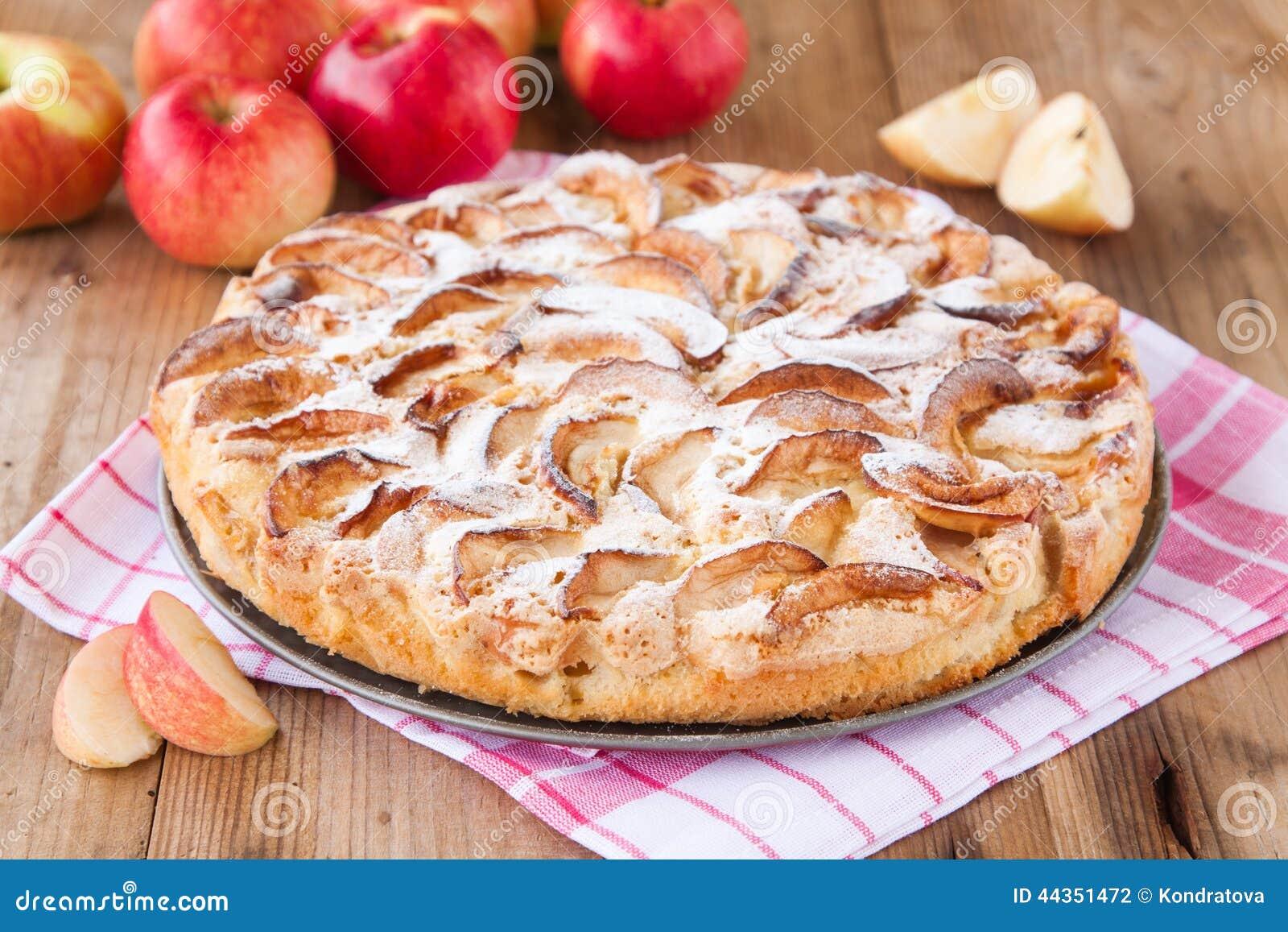 Torta di mele su un fondo di legno
