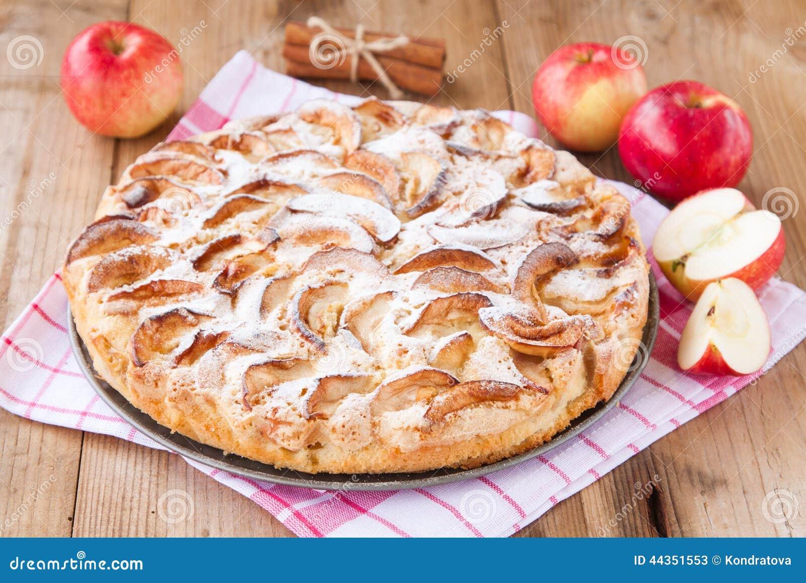Torta di mele su un fondo di legno con cannella