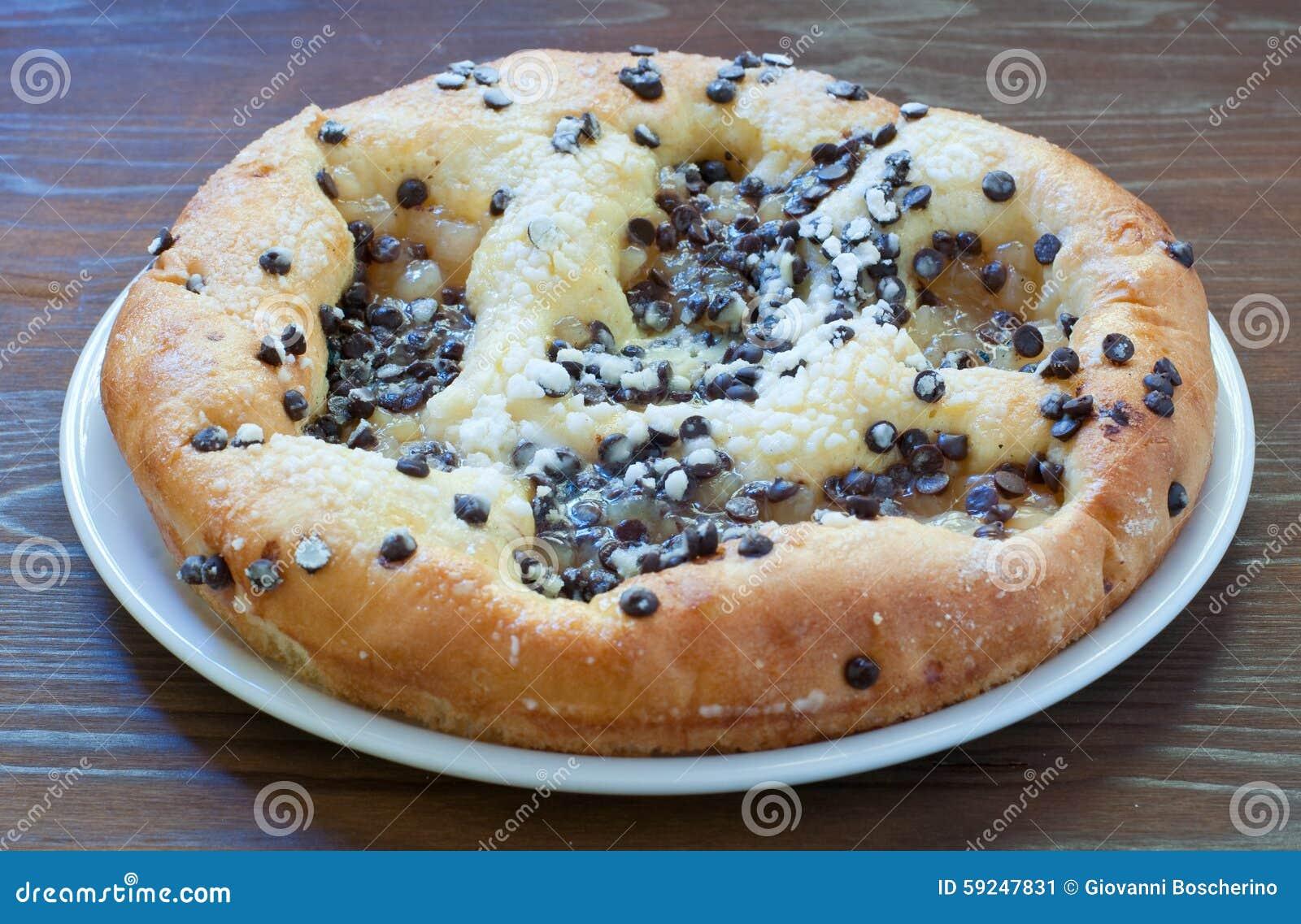 Torta dulce con los pedazos, el queso y el azúcar en polvo del chocolate