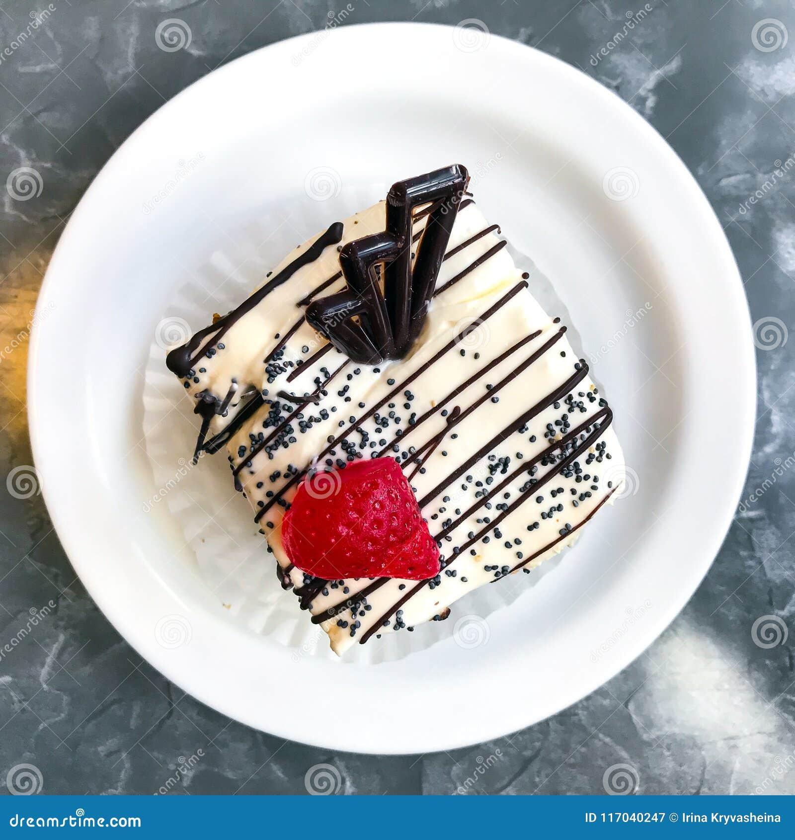 Torta dulce, postre con crema y semillas de amapola, café