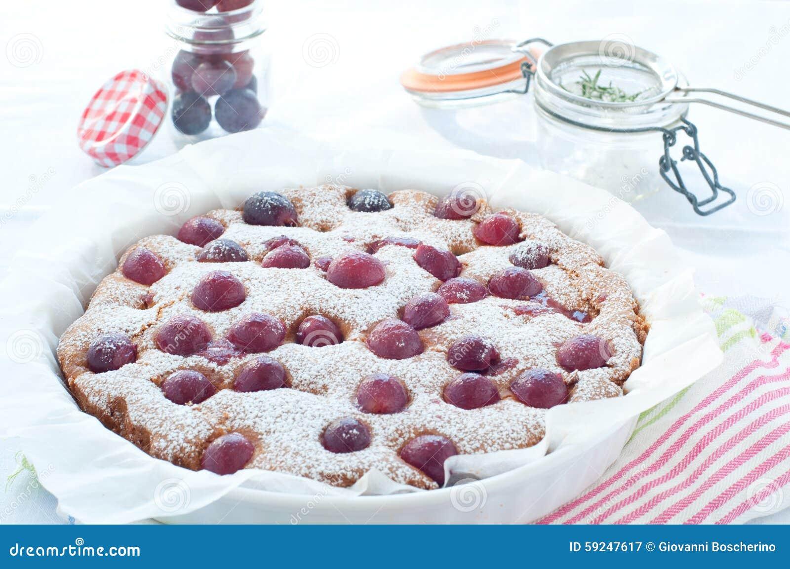Torta fresca con la estación de la uva roja y el azúcar de formación de hielo