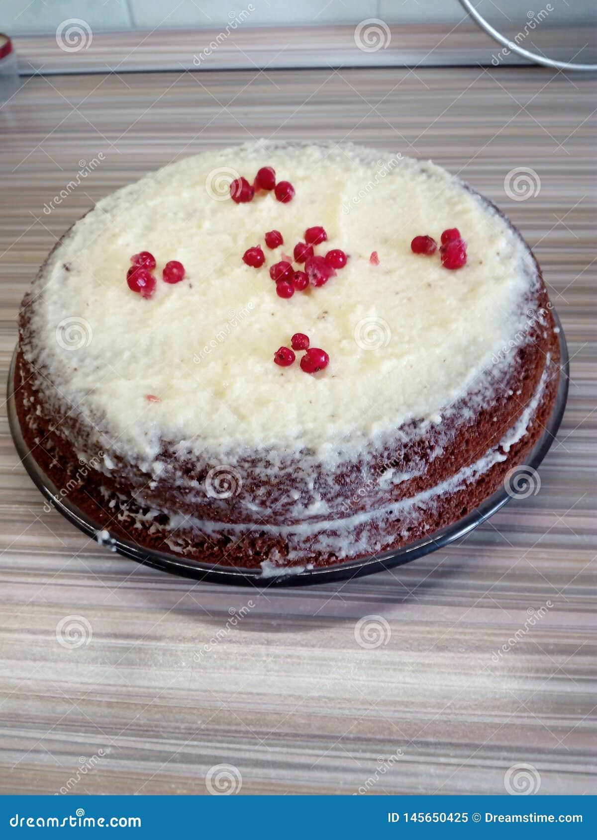 Torta hecha en casa con crema y bayas