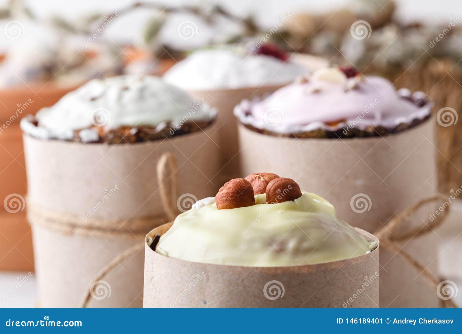 Torta hecha en casa de Pascua y huevos pintados en la tabla