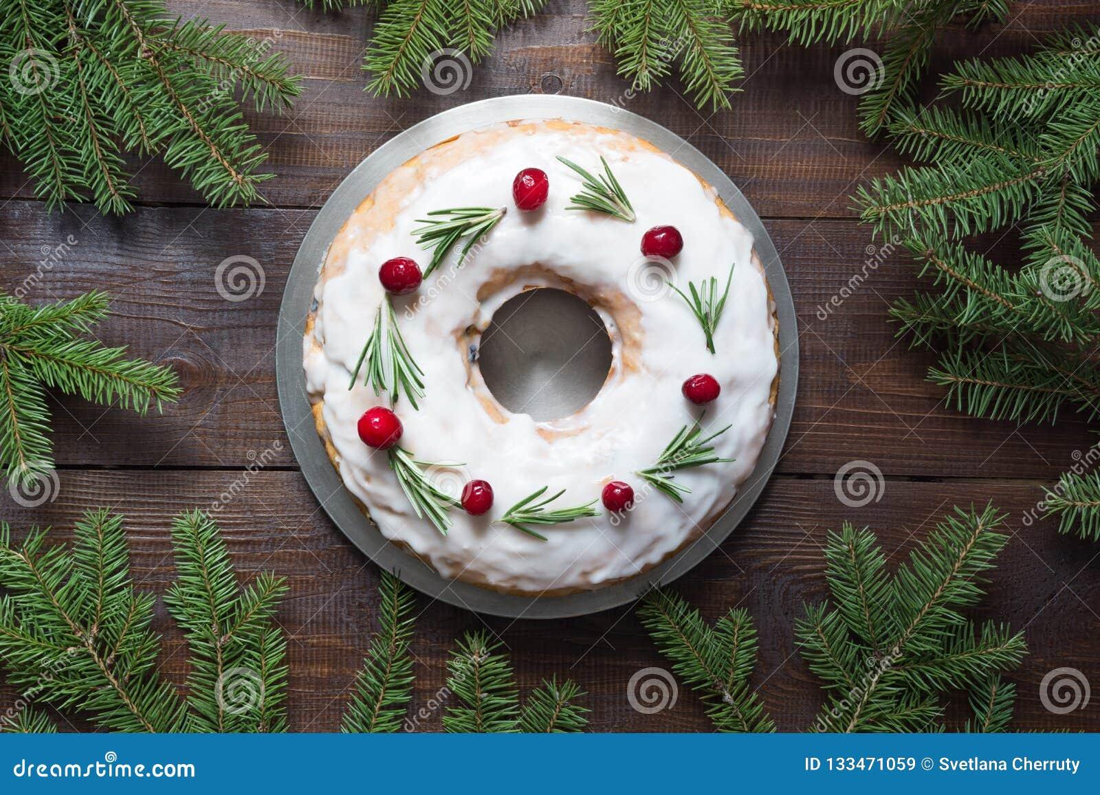 Torta hecha en casa tradicional de la Navidad con el arándano y el romero de la guarnición en la placa decorativa Visión superior