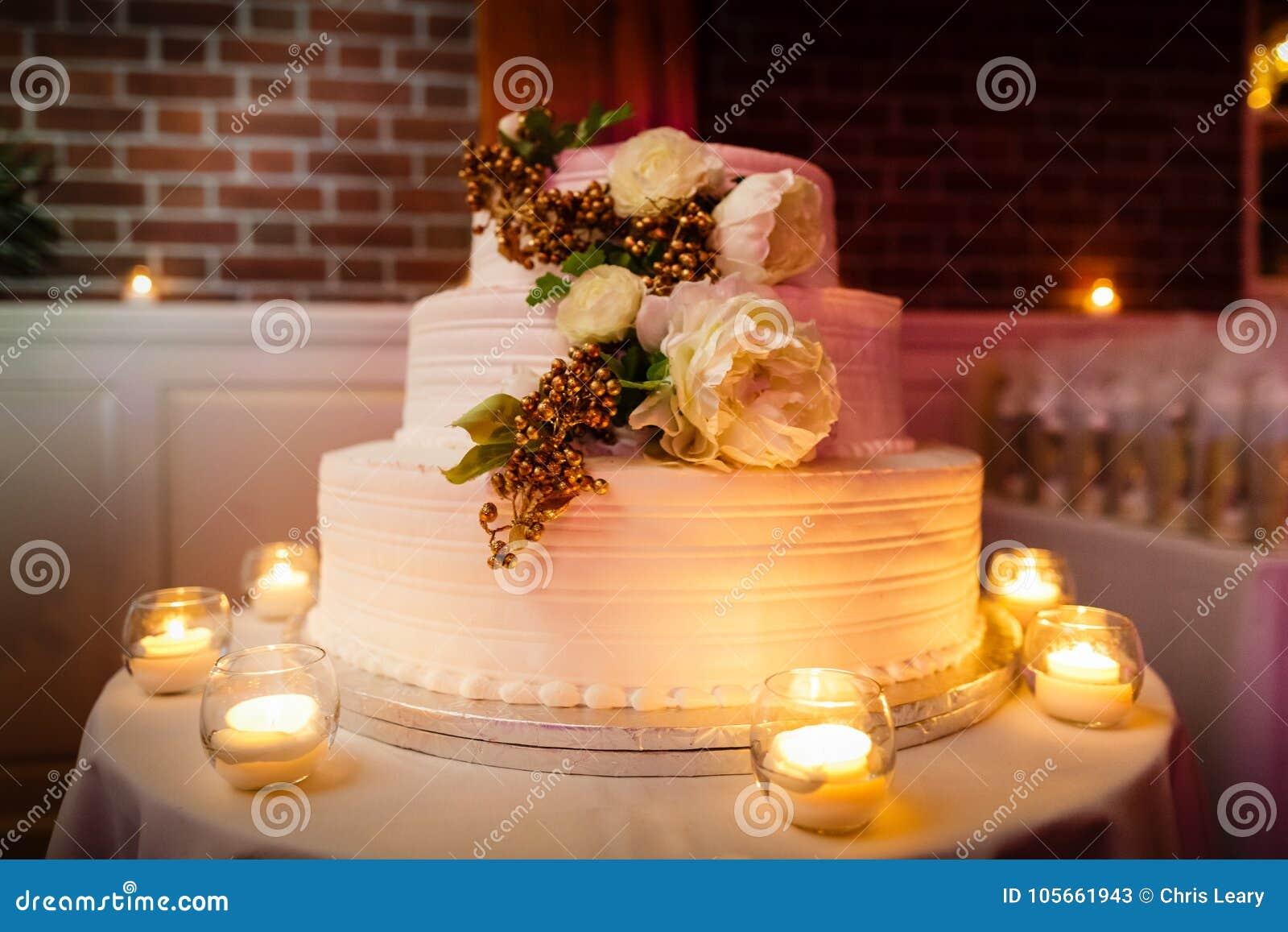 Torta nunziale con le candele alla ricezione