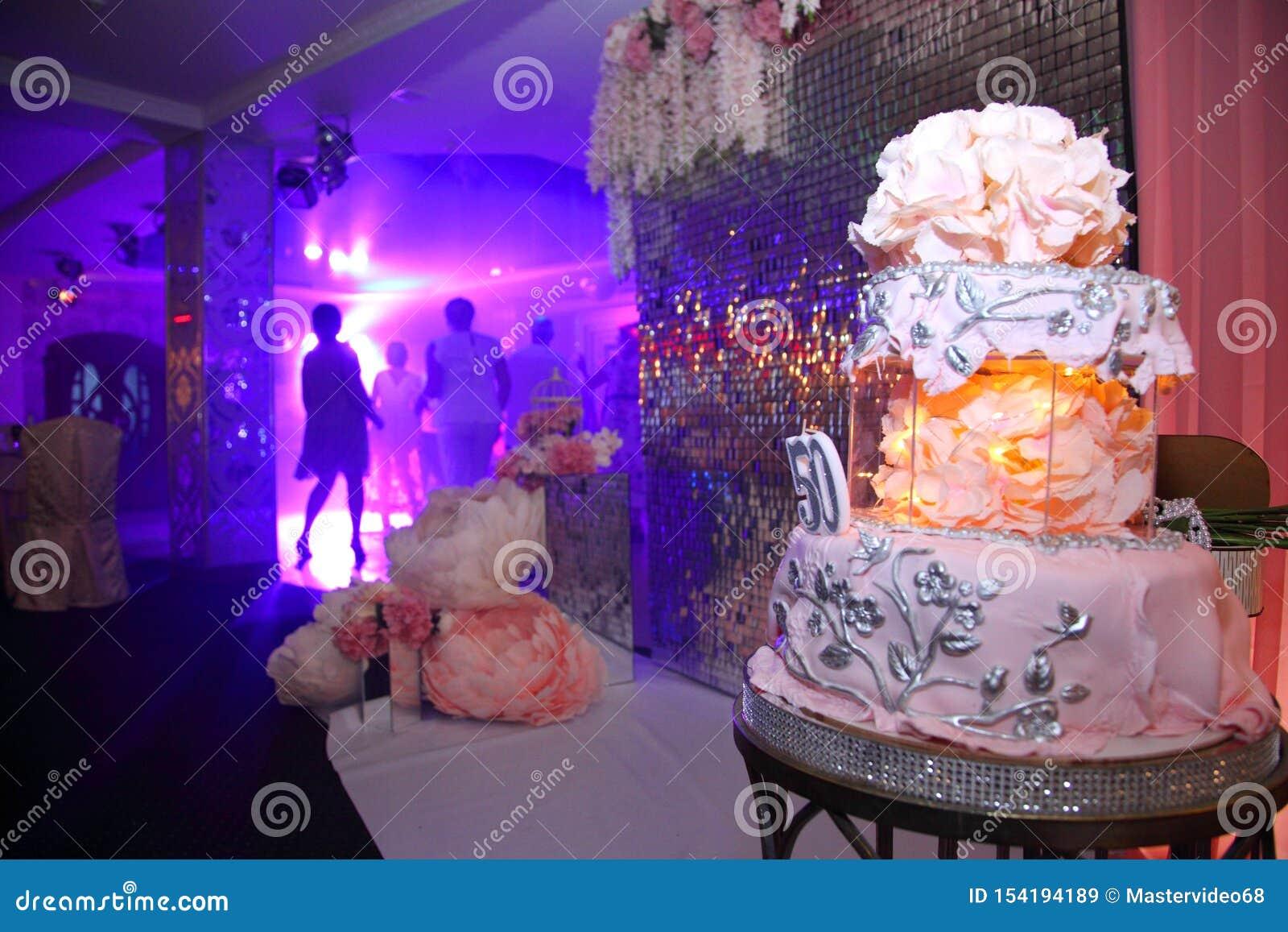 Torta para el 50.o aniversario Torta de cumpleaños dulce con crema rosada