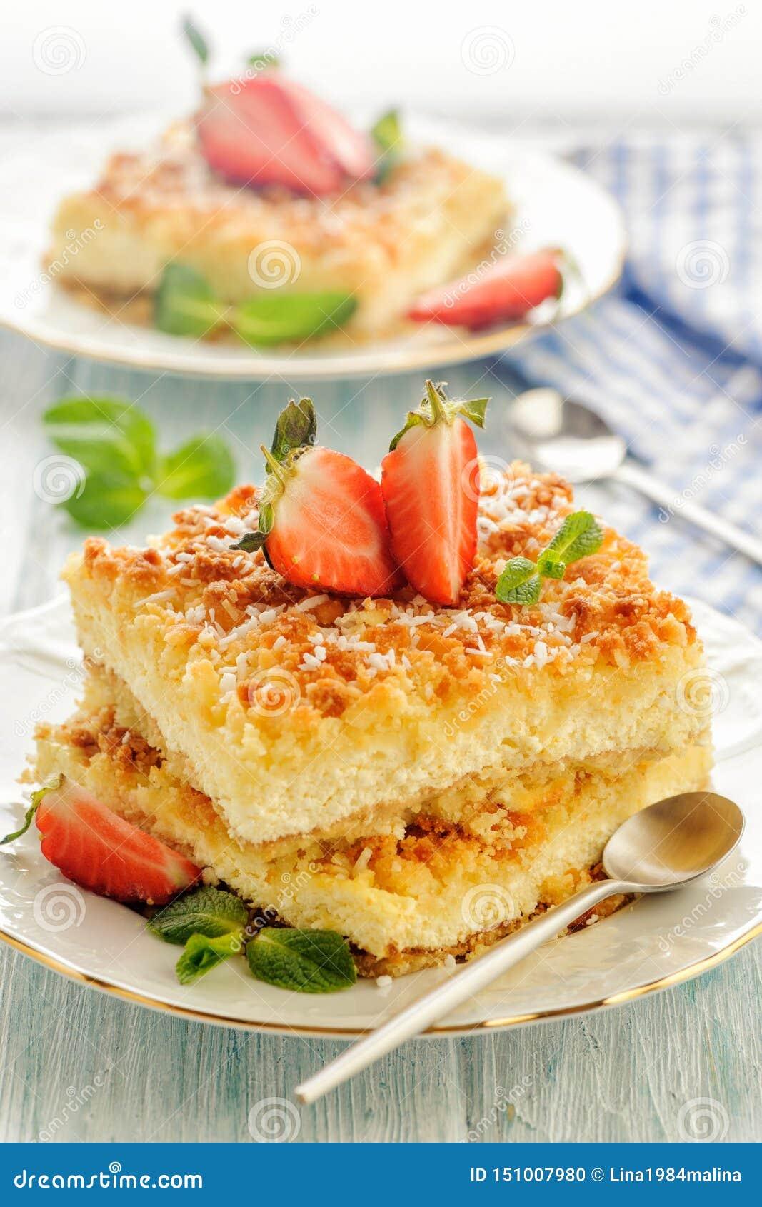 Torta rústica ensolarada brilhante com o requeijão cozinhado