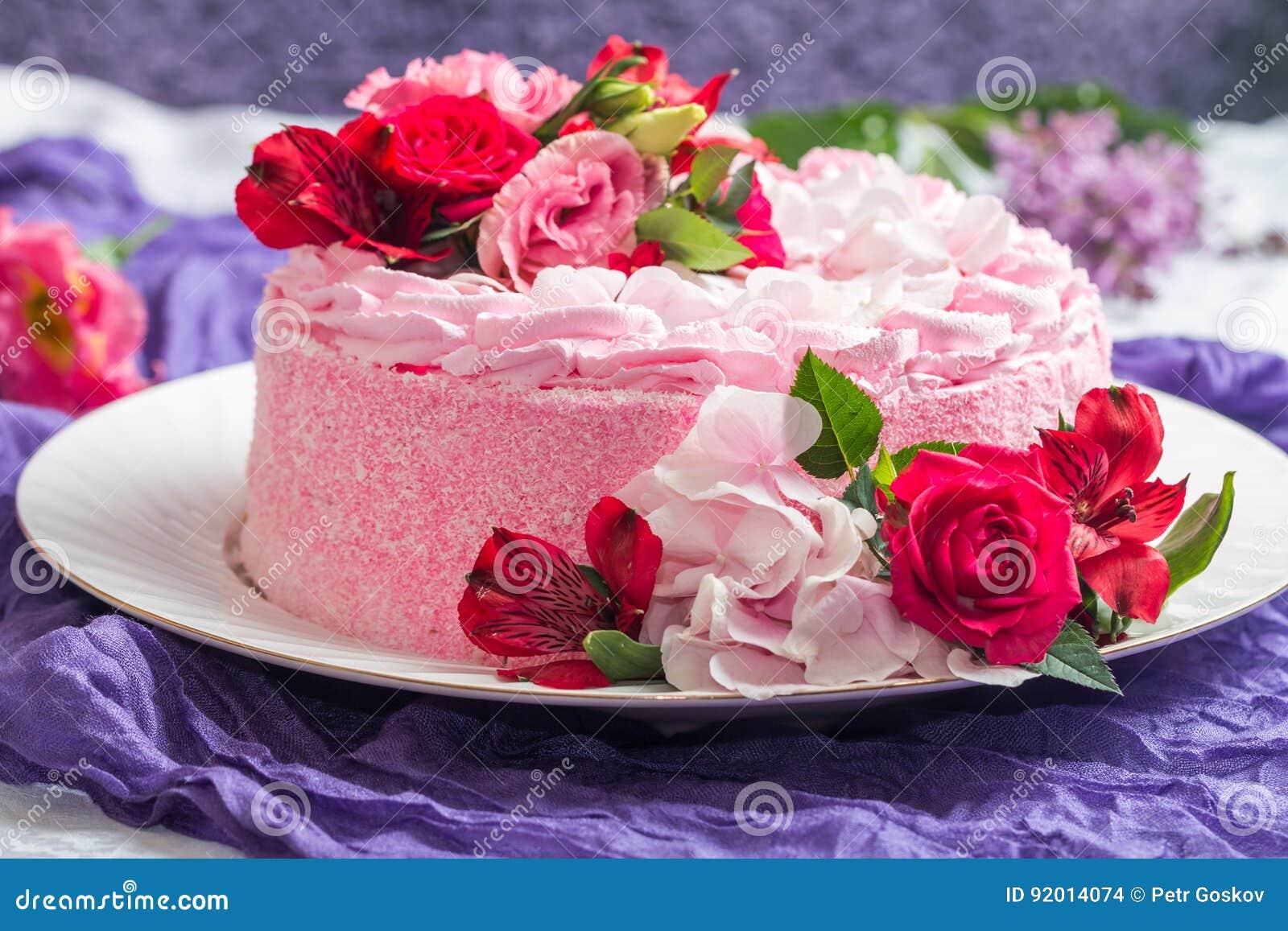 Torta Rosada Con Las Flores Hermosas Naturales Foto De Archivo
