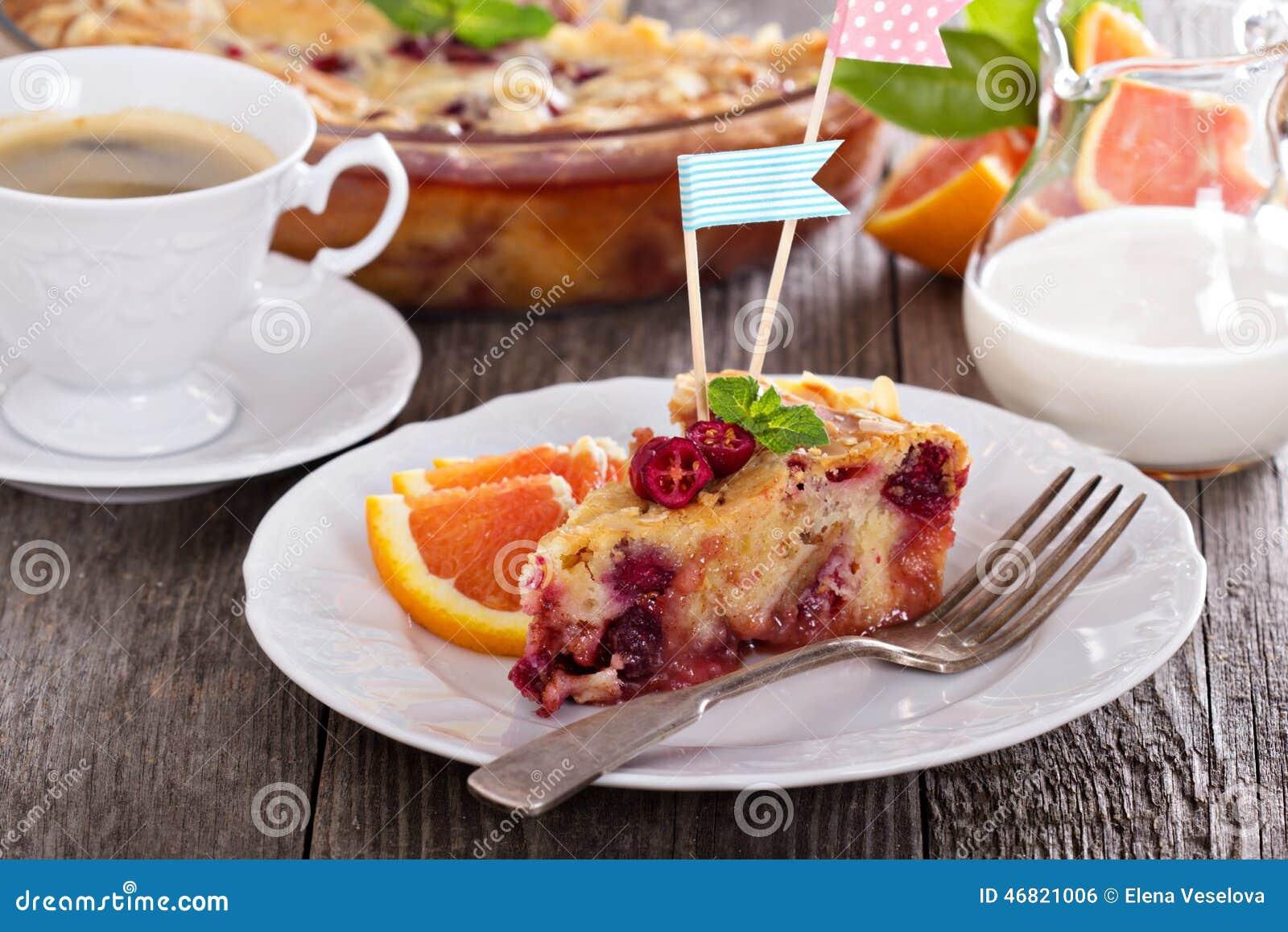 Torta sabrosa con la naranja, la manzana y los arándanos