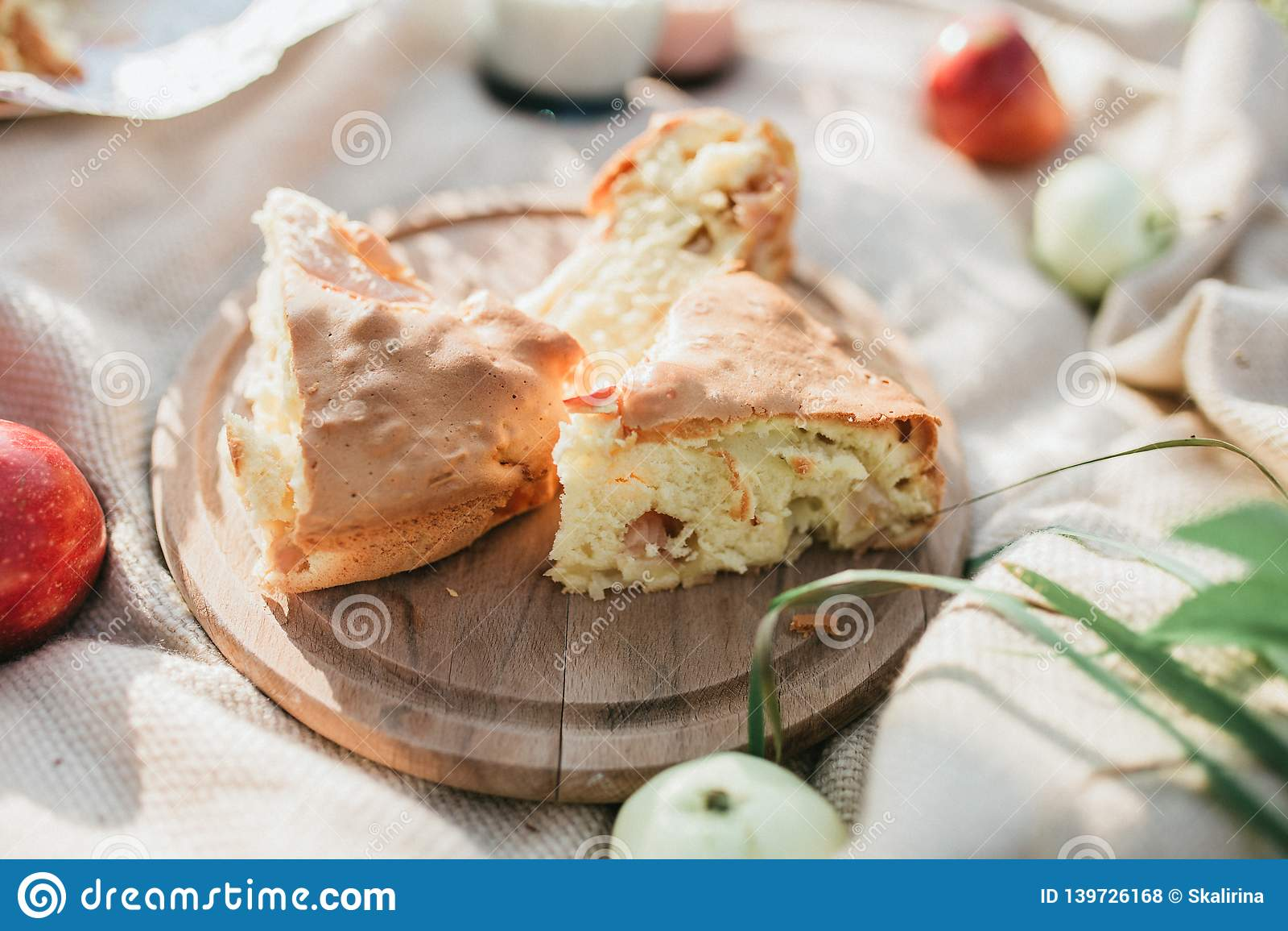 Tortas com maçãs fora, café da manhã no jardim Piquenique do verão