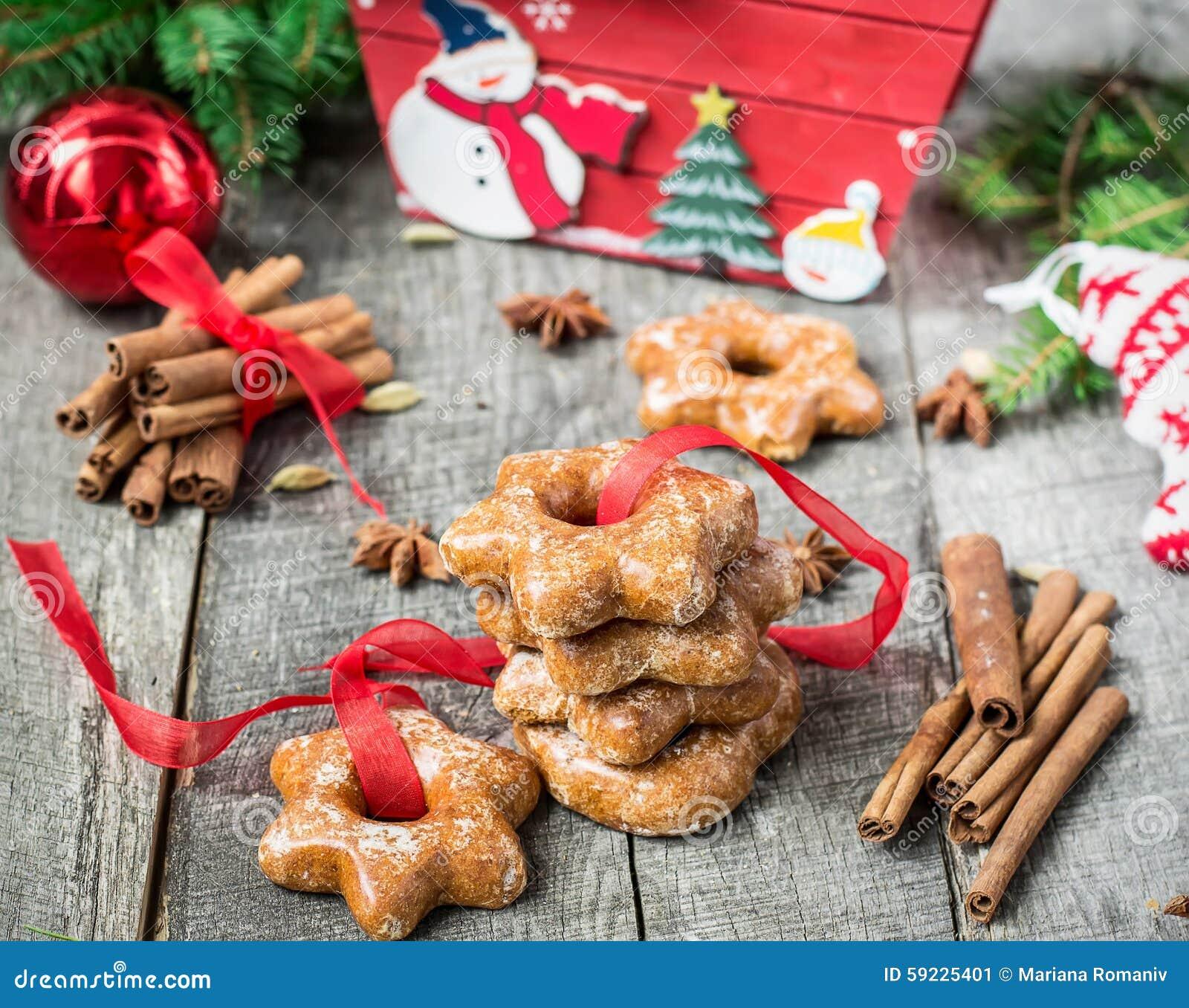 Tortas de miel con las especias en un fondo de madera Compos de la Navidad