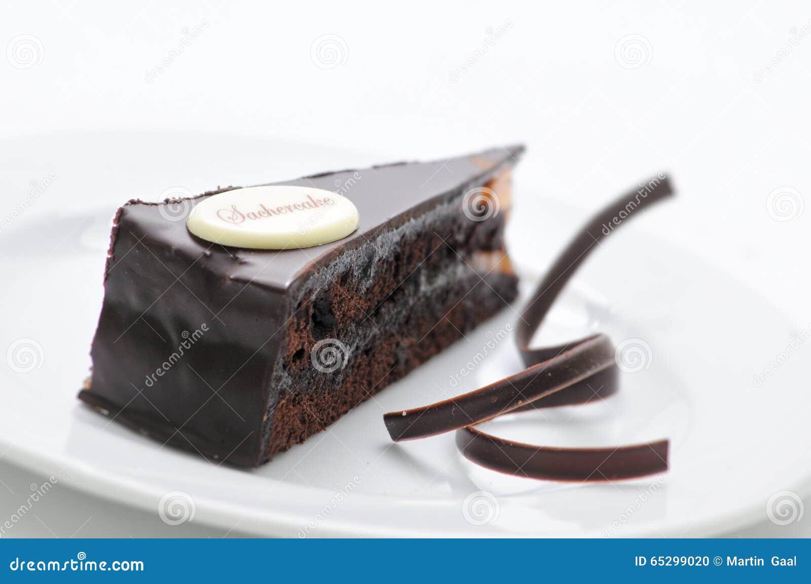 Torte de Sacher, tarta del chocolate con remolinos en la placa blanca, postre dulce, pastelería, fotografía para la tienda