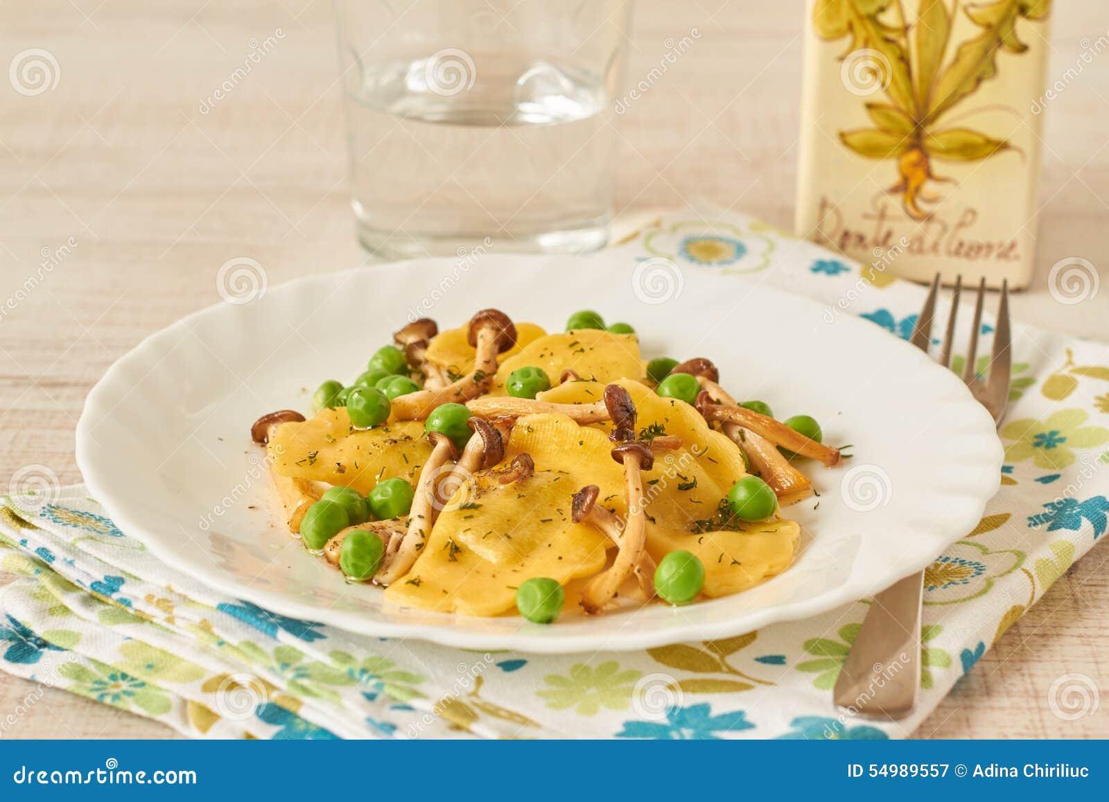 Tortellini rústico com cogumelos e ervilhas
