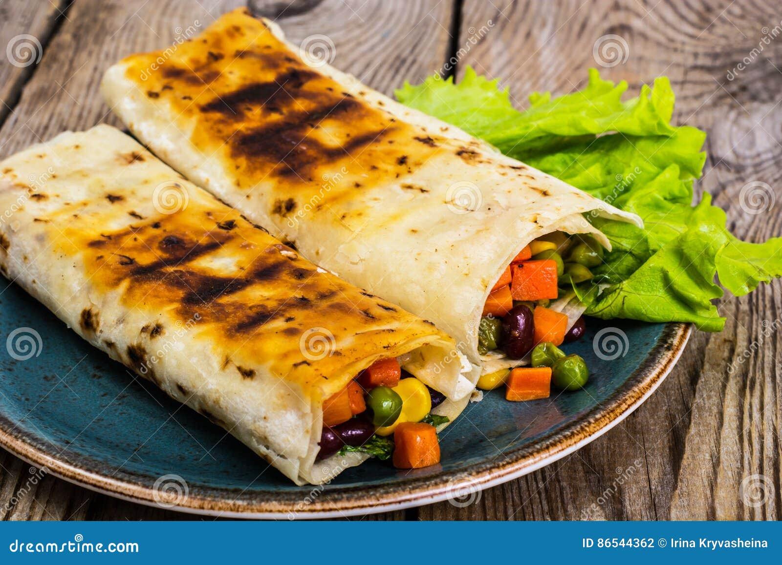 Tortilla avec le mélange végétal du plat bleu