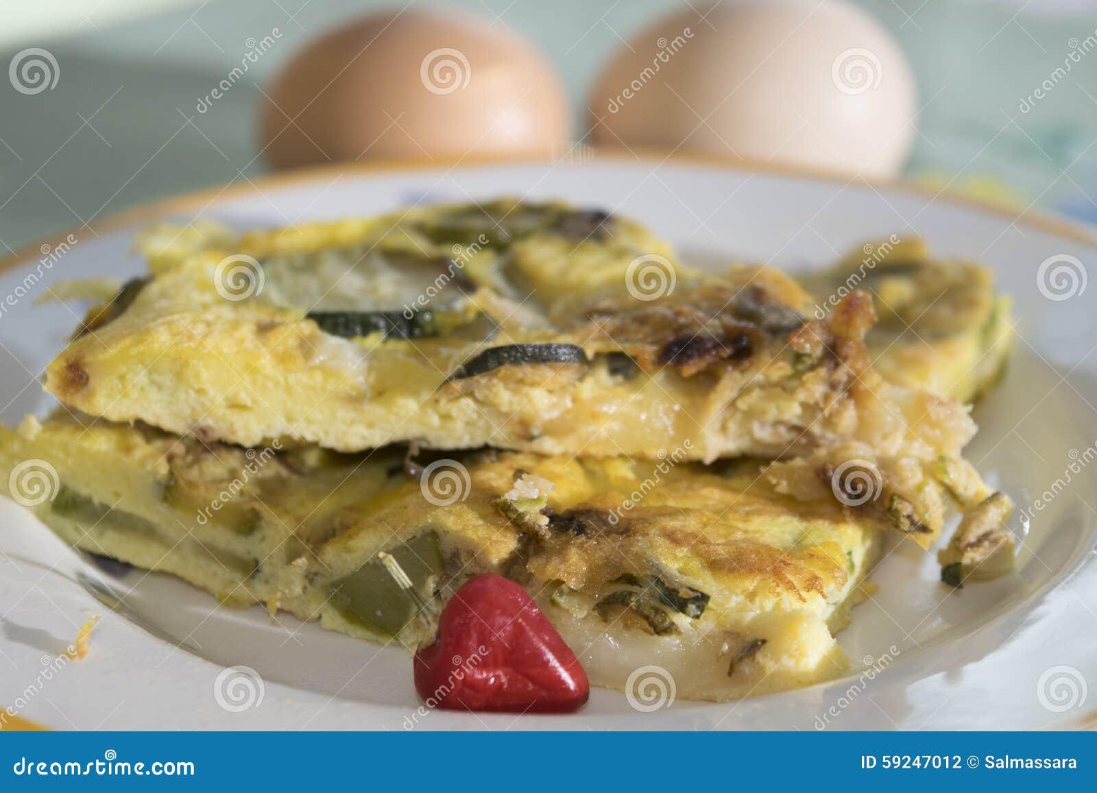 Tortilla con el calabacín de los huevos orgánicos