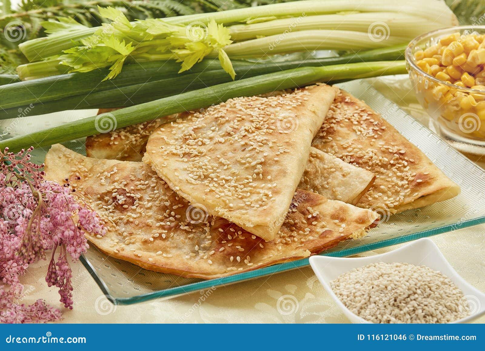 Tortilla con la salchicha y el sésamo salado