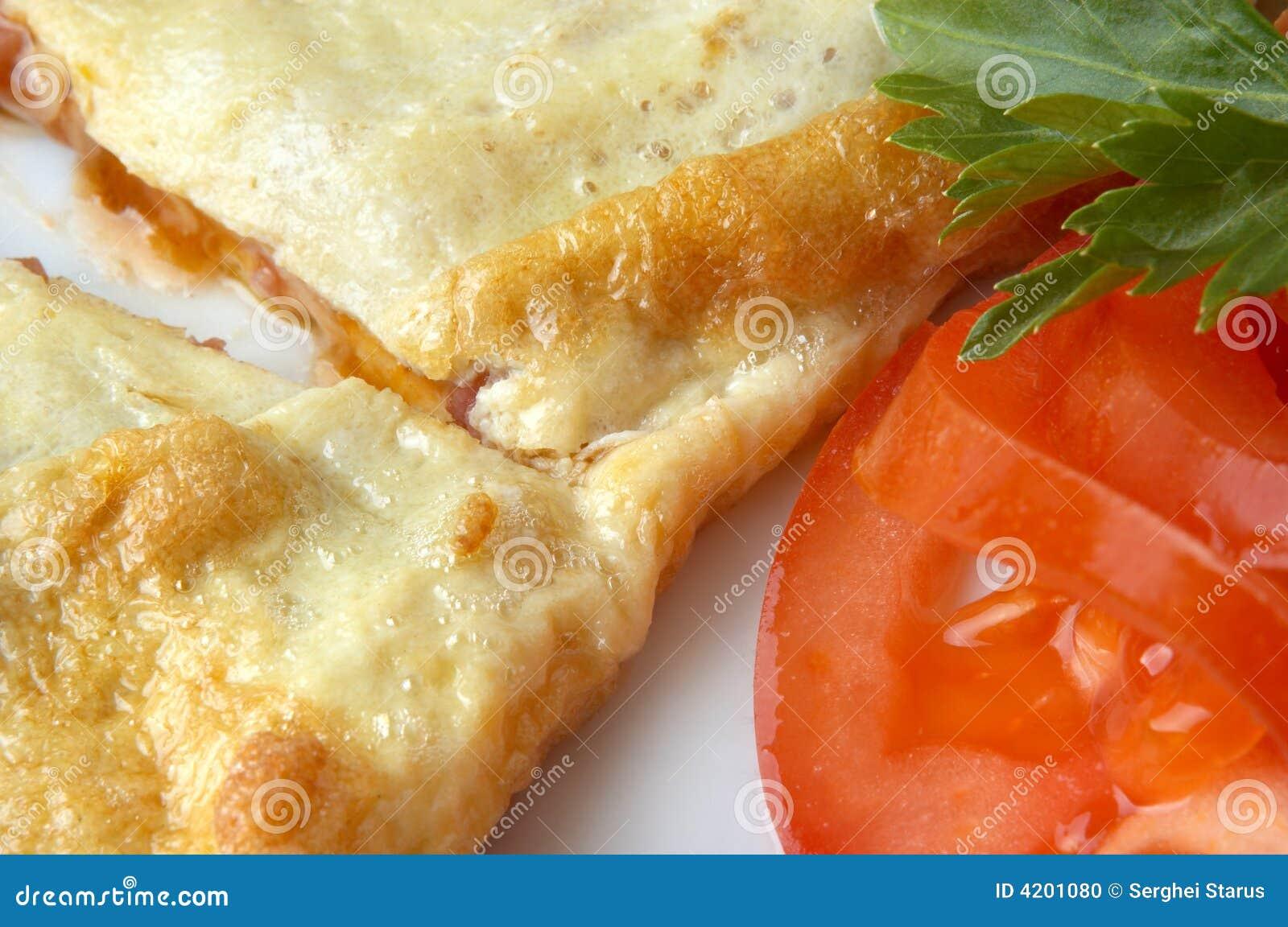 Tortilla de huevos plana con la rebanada del tomate foto for Cocinar huevos 7 days to die