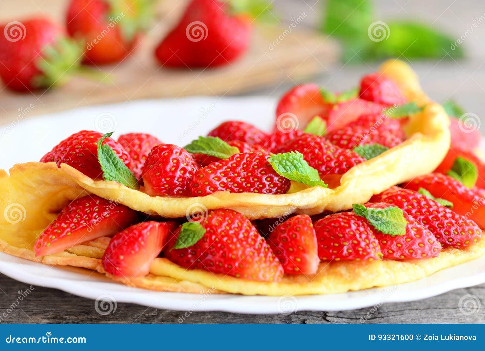Tortilla De La Fresa Tortilla Frita Llenada De Las Fresas