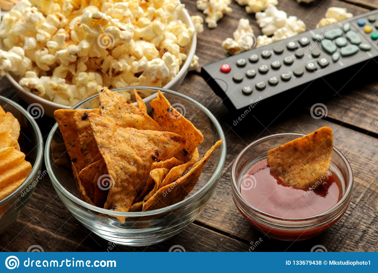 Tortilla en popcorn, TV ver op een bruine houten achtergrond concept thuis het letten van op films Close-up
