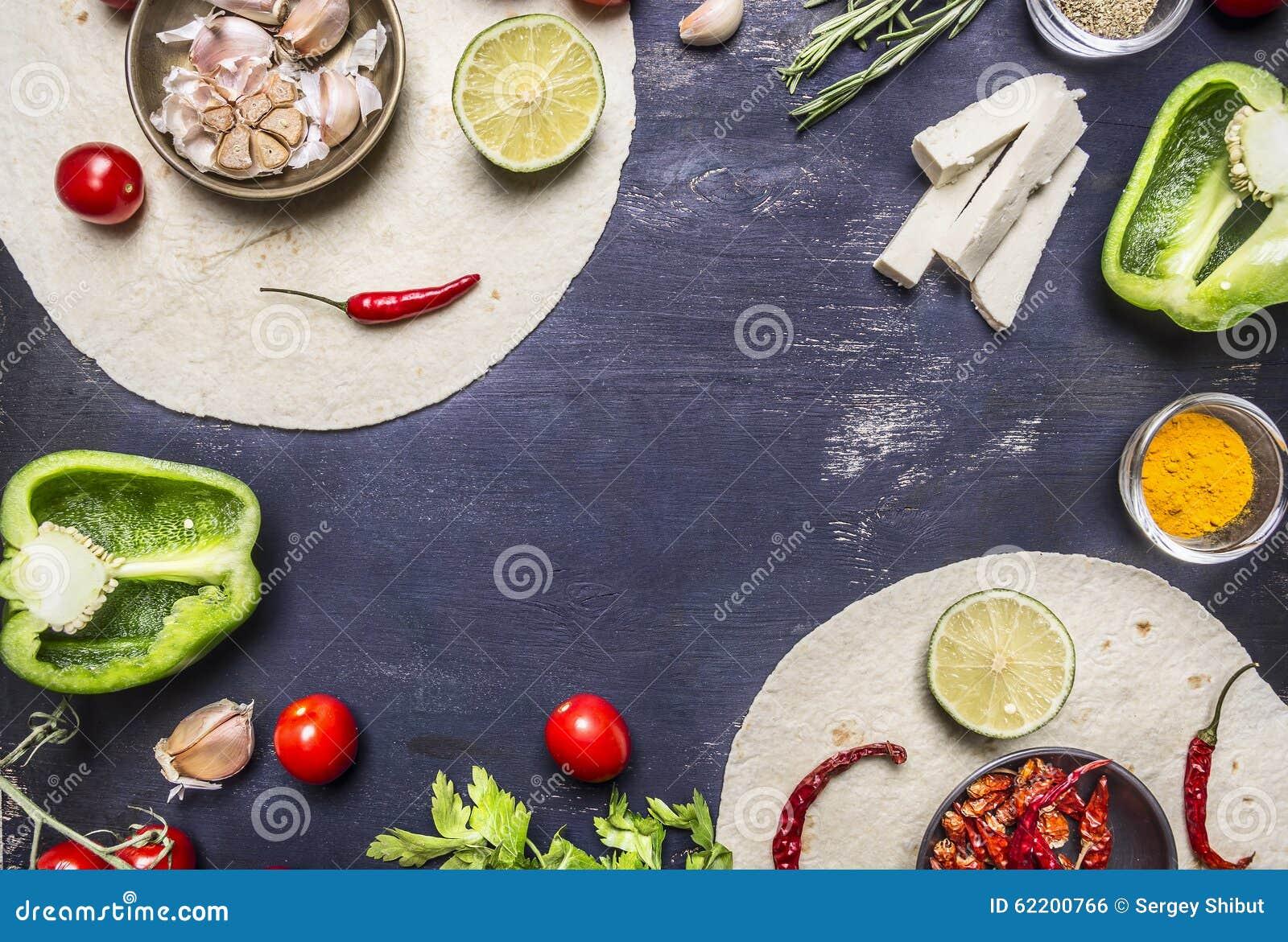 Tortilla med ingredienser för att laga mat den vegetariska burritoen med grönsaker och limefrukt på trälantligt slut för bästa si