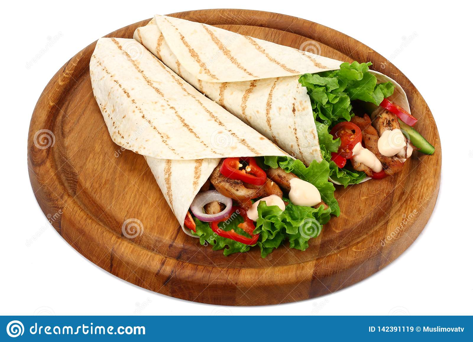 Tortilla opakunek z pieczonych kurczaków warzywami na drewnianej desce odizolowywającej na białym tle i mięsem