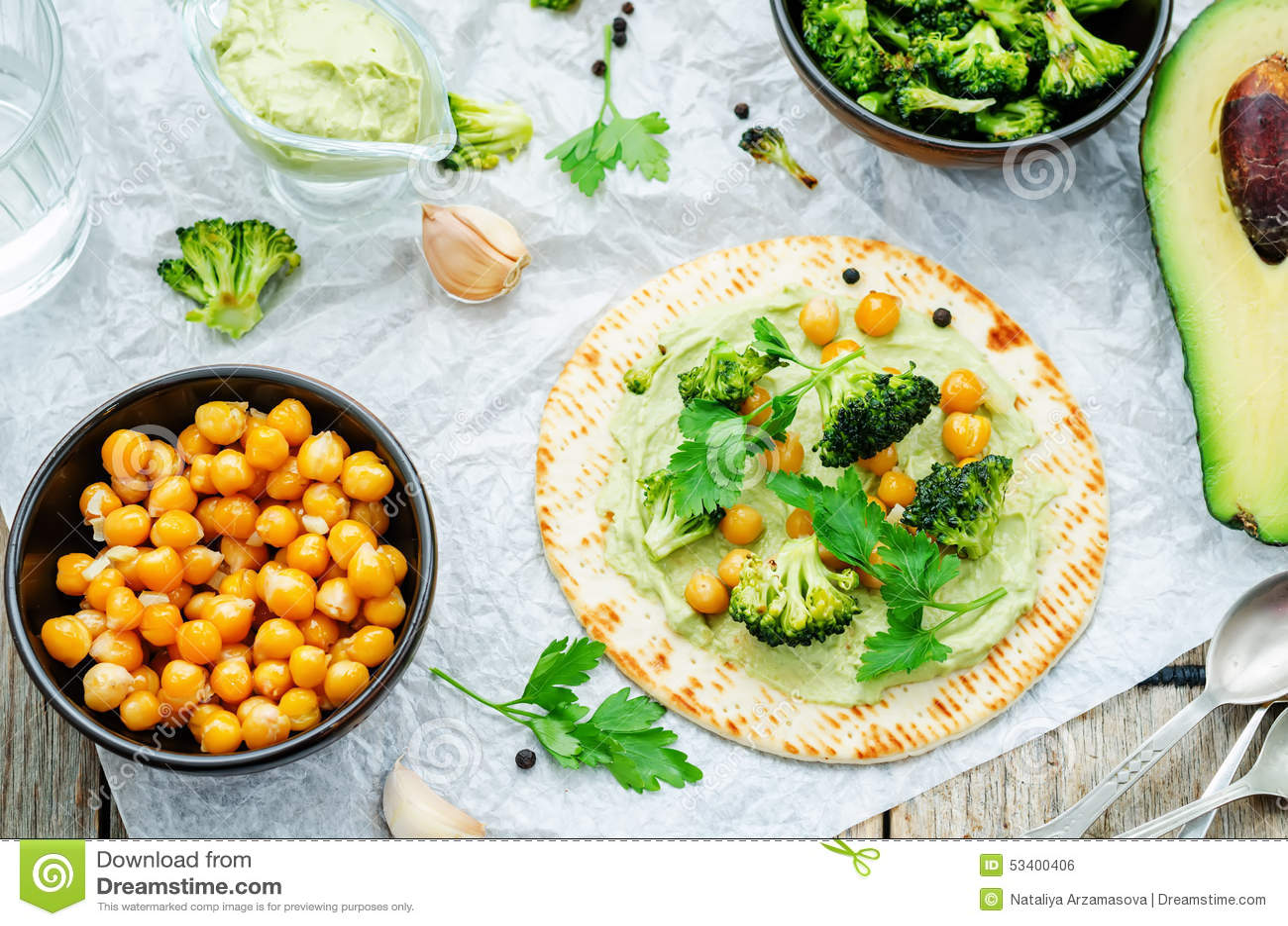 Tortilla Vegan με το ψημένα μπρόκολο και chickpeas και το αβοκάντο s