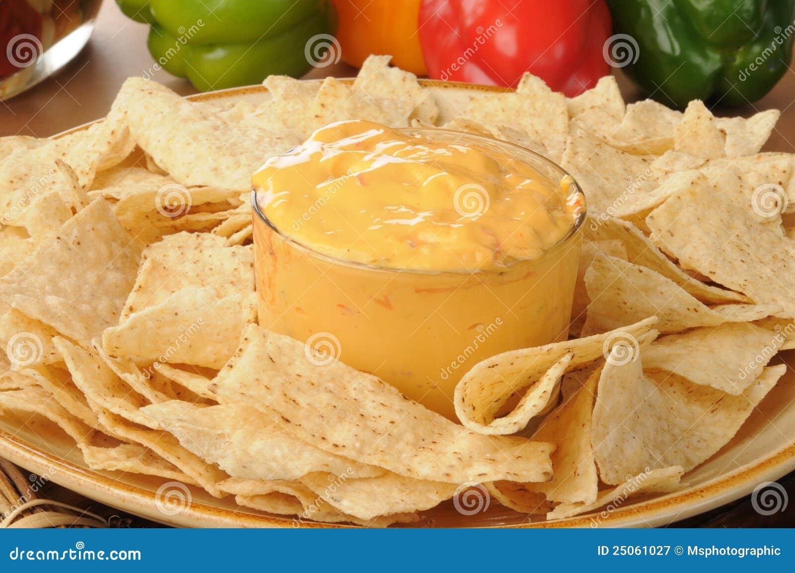 Tortillachips mit würzigem Käsedip