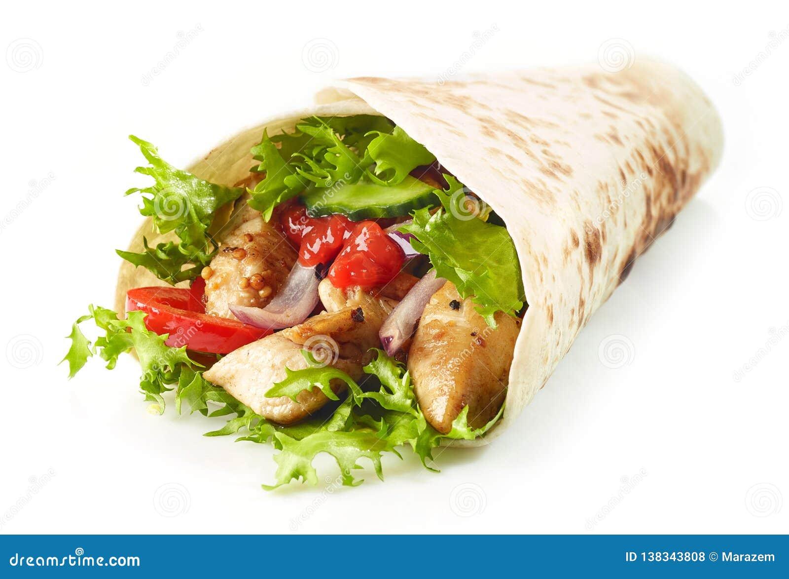 Tortillaomslag met gebraden kippenvlees en groenten