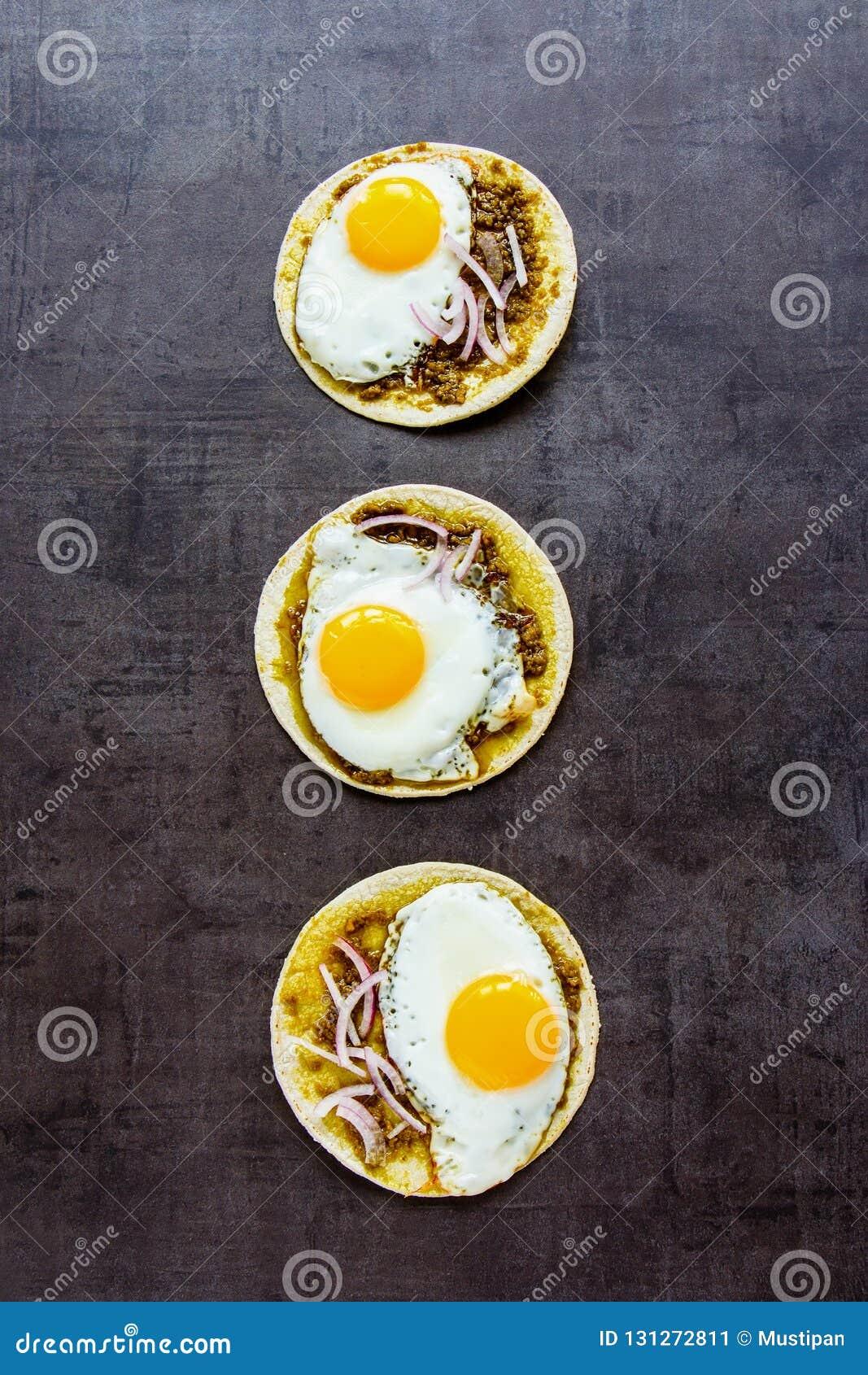Tortillas avec des oeufs au plat