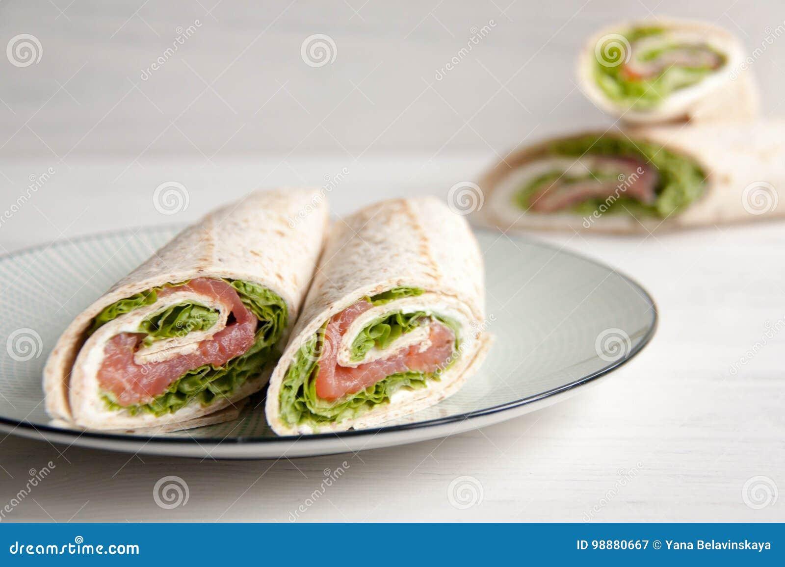 Tortillas con los salmones, la ensalada verde y el queso de la nata
