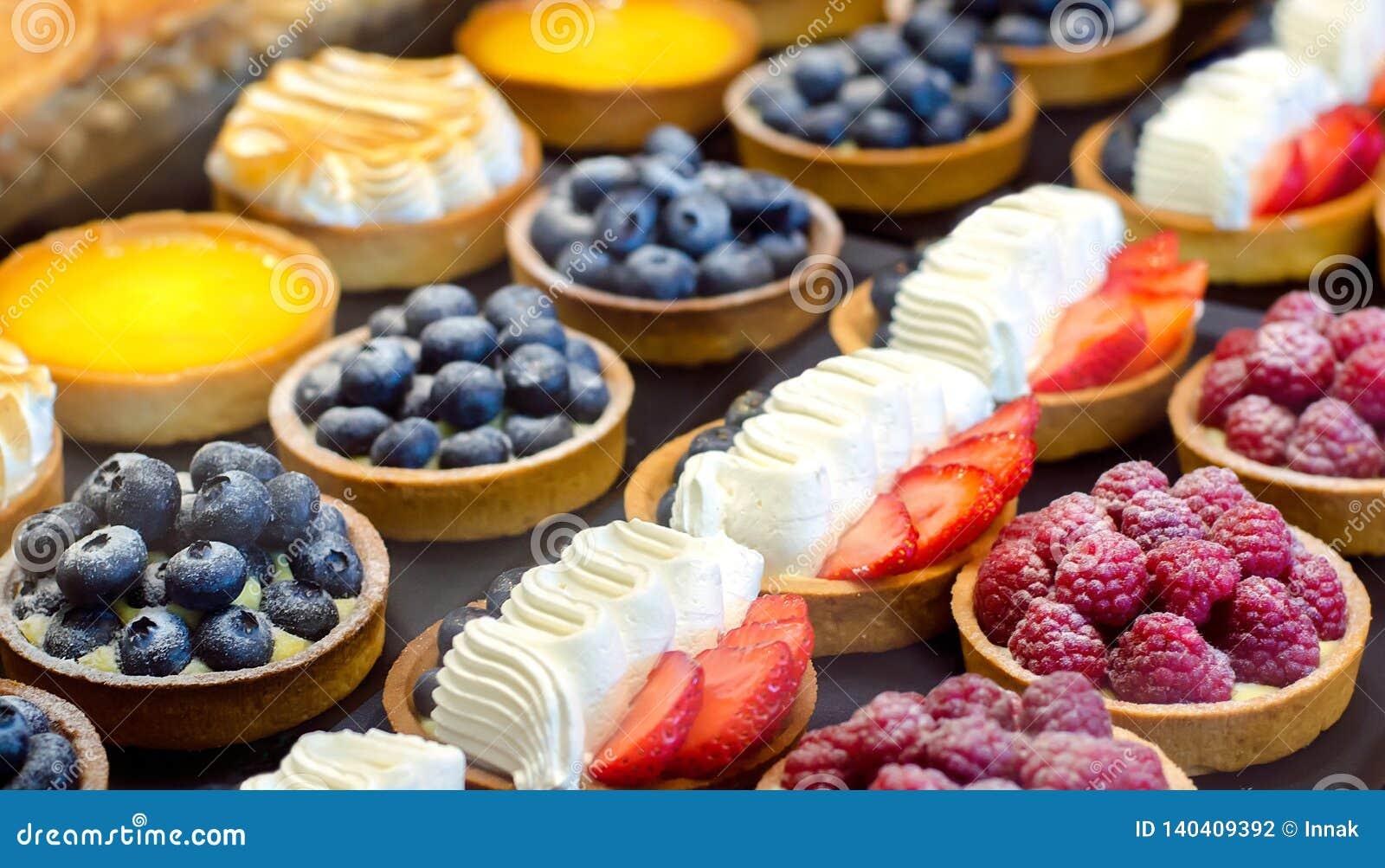 Tortowa ciastko śmietanka Tort z jagodami: malinki, czarne jagody, truskawki