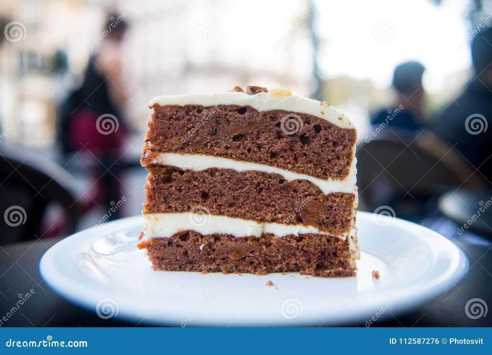 Tortowy plasterek na bielu talerzu w Paris, France, deser Tort z śmietanką, jedzenie Kuszenie, apetyta pojęcie Deser, jedzenie, p