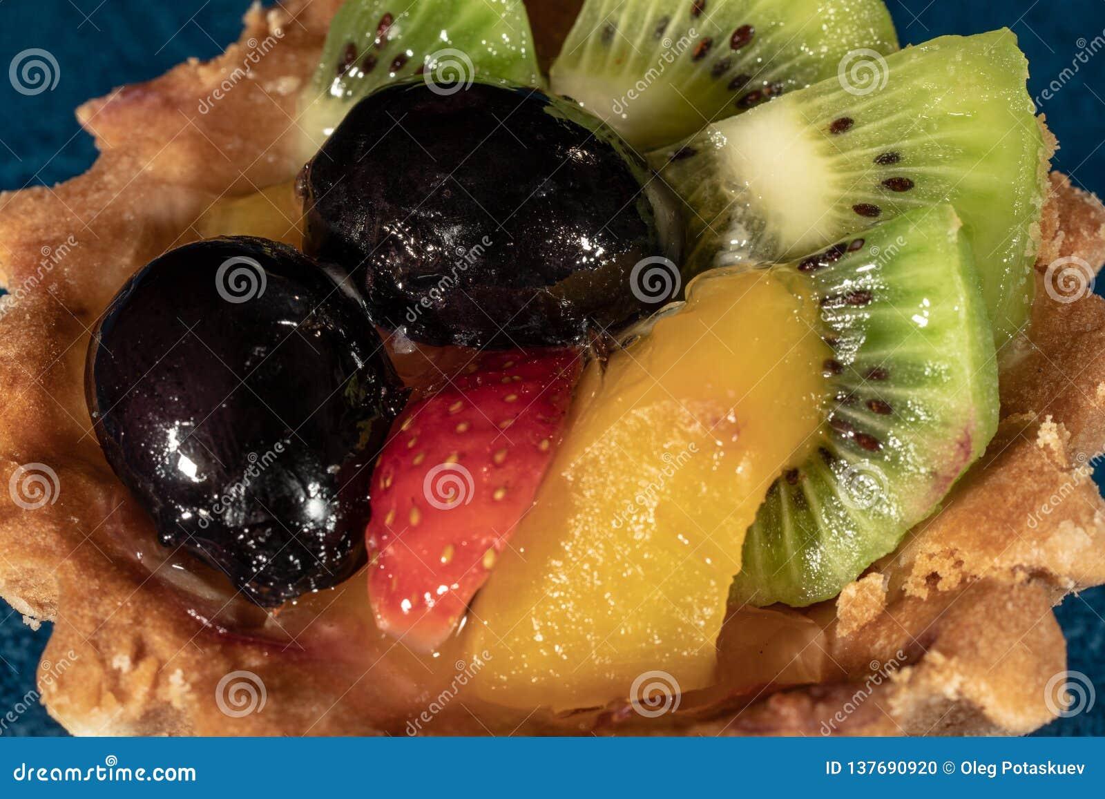 Tortowy Tartlet z owoc Truskawkowa winogrono kiwi brzoskwinia