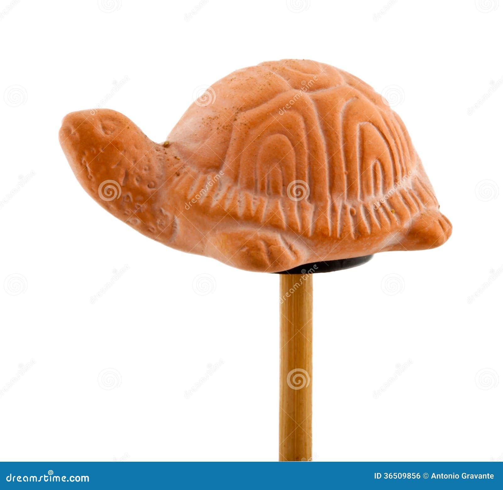 Tortue en argile sur le bâton en bois