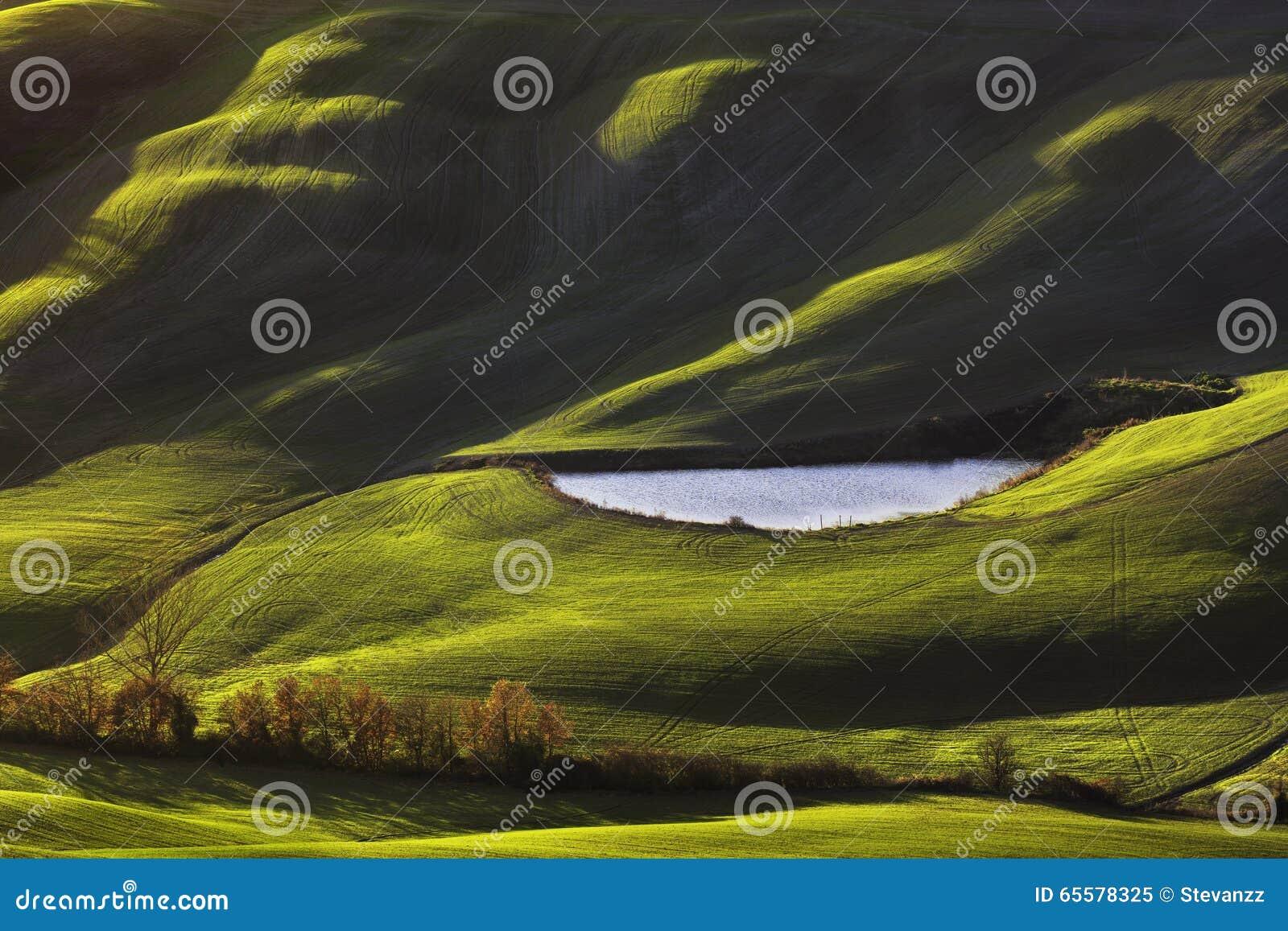 Toscânia, paisagem rural no por do sol, Italia Lago e campos verdes