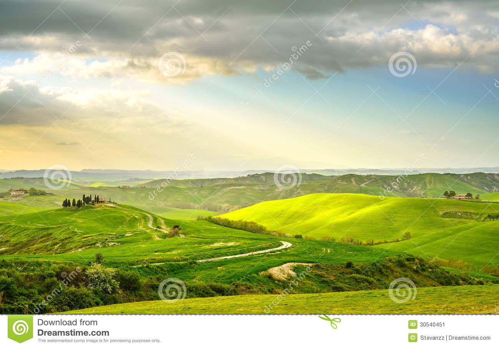 Toscana, paisaje rural de la puesta del sol. Granja del campo, camino blanco y árboles de ciprés.