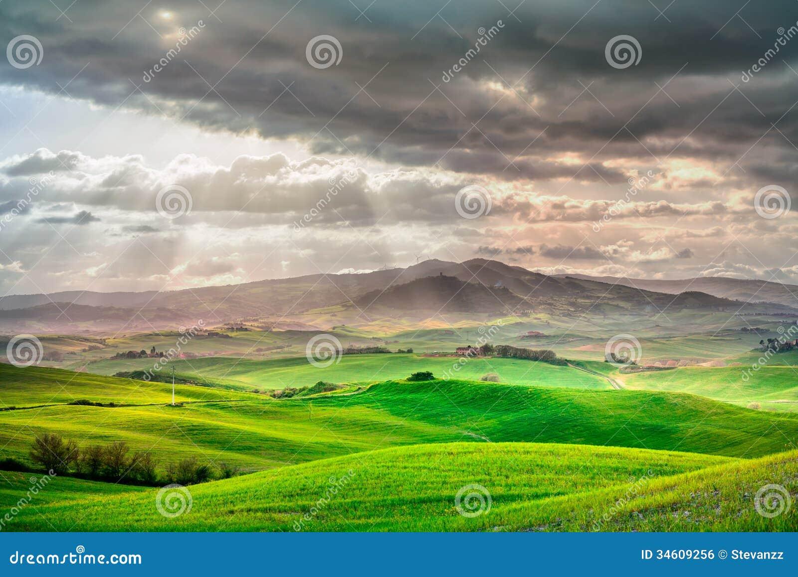 Toscanië, landelijk zonsonderganglandschap. Plattelandslandbouwbedrijf, witte weg en cipresbomen.