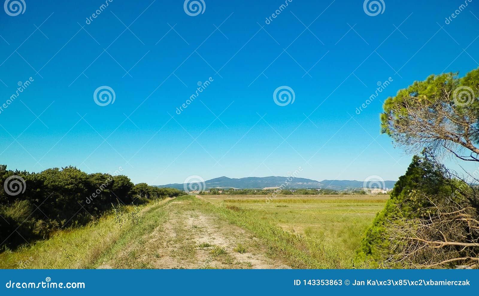 Toskana, Ansicht der Wiese und Apennines im Hintergrund
