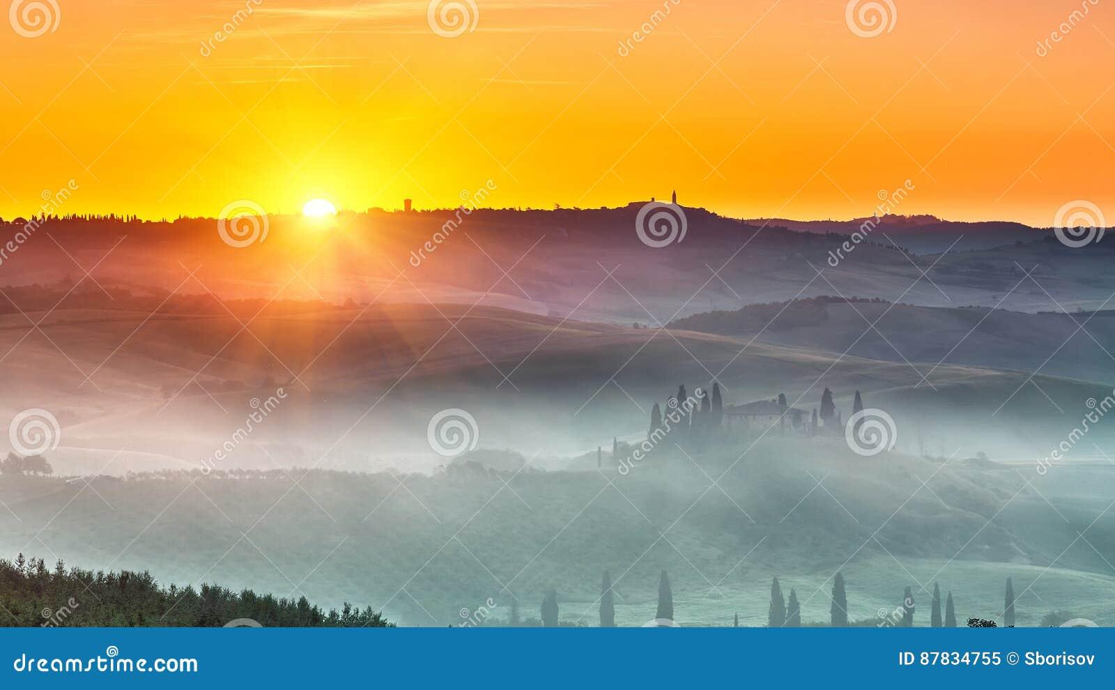 Toskana-Landschaft am Sonnenaufgang