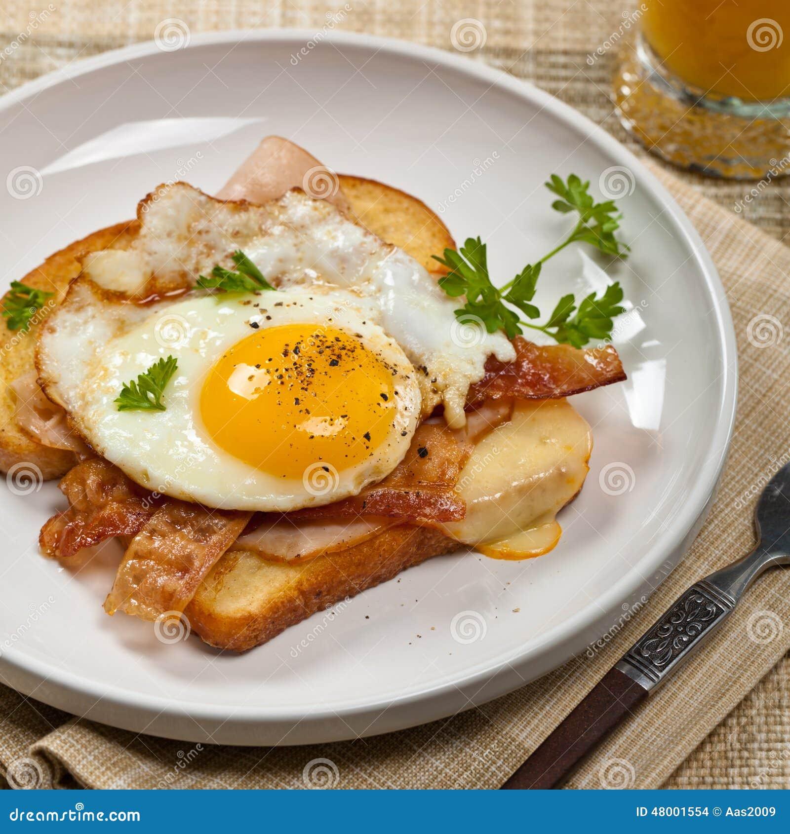 Tostada francesa del desayuno con los huevos fritos foto for Desayuno frances tradicional