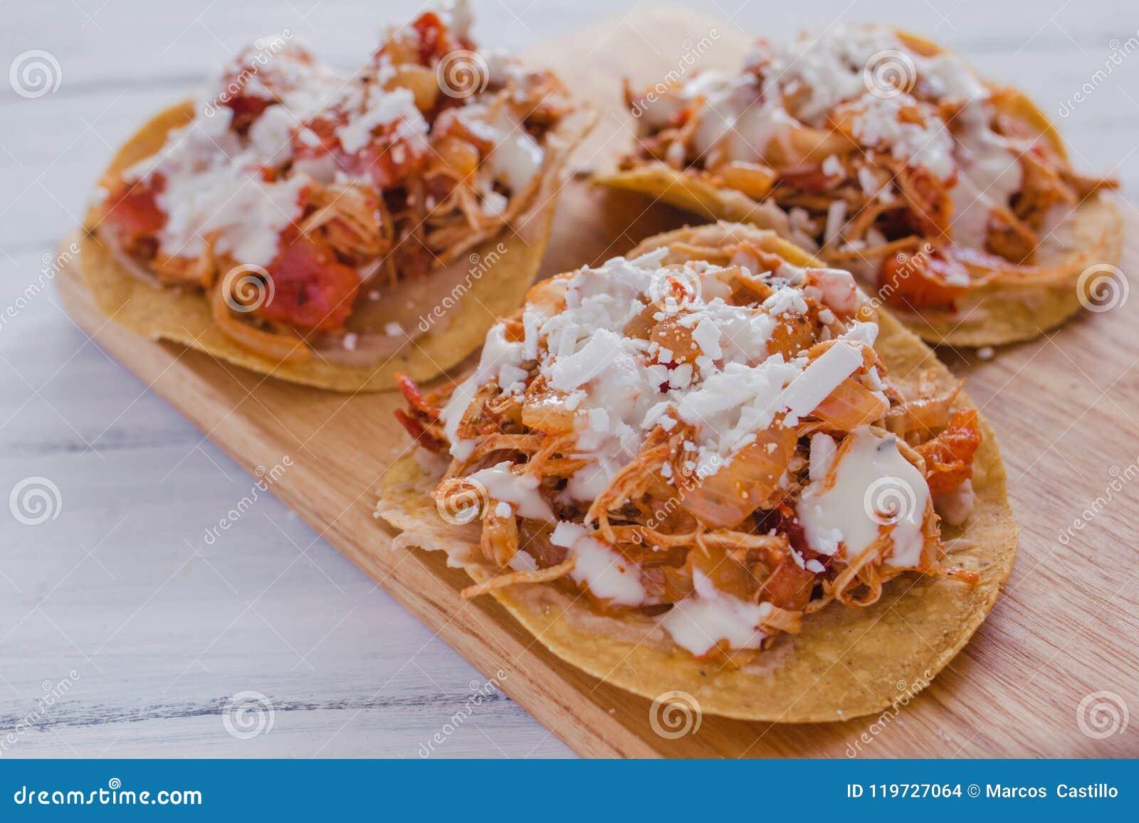 Tostadas Mexicanas com galinha, alimento mexicano de tinga de pollo em México