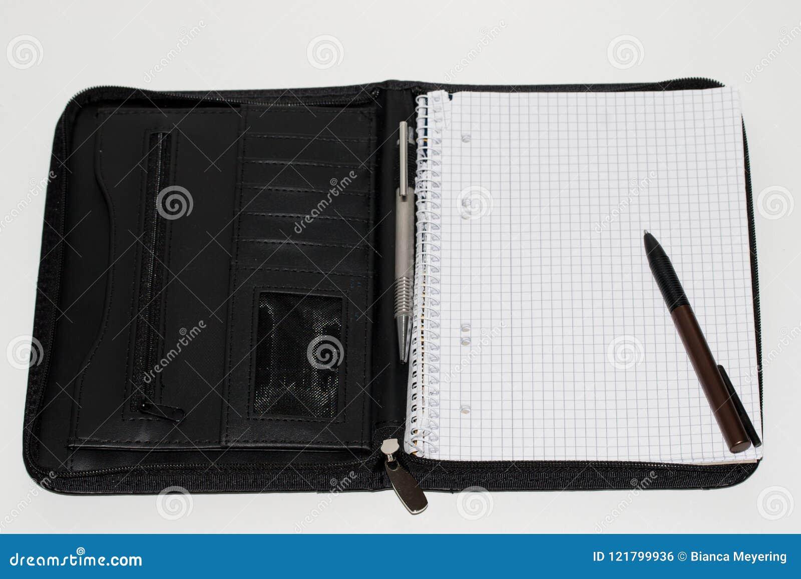 Totalview de una cartera A5 con la pluma en la visión superior y el cierre para arriba