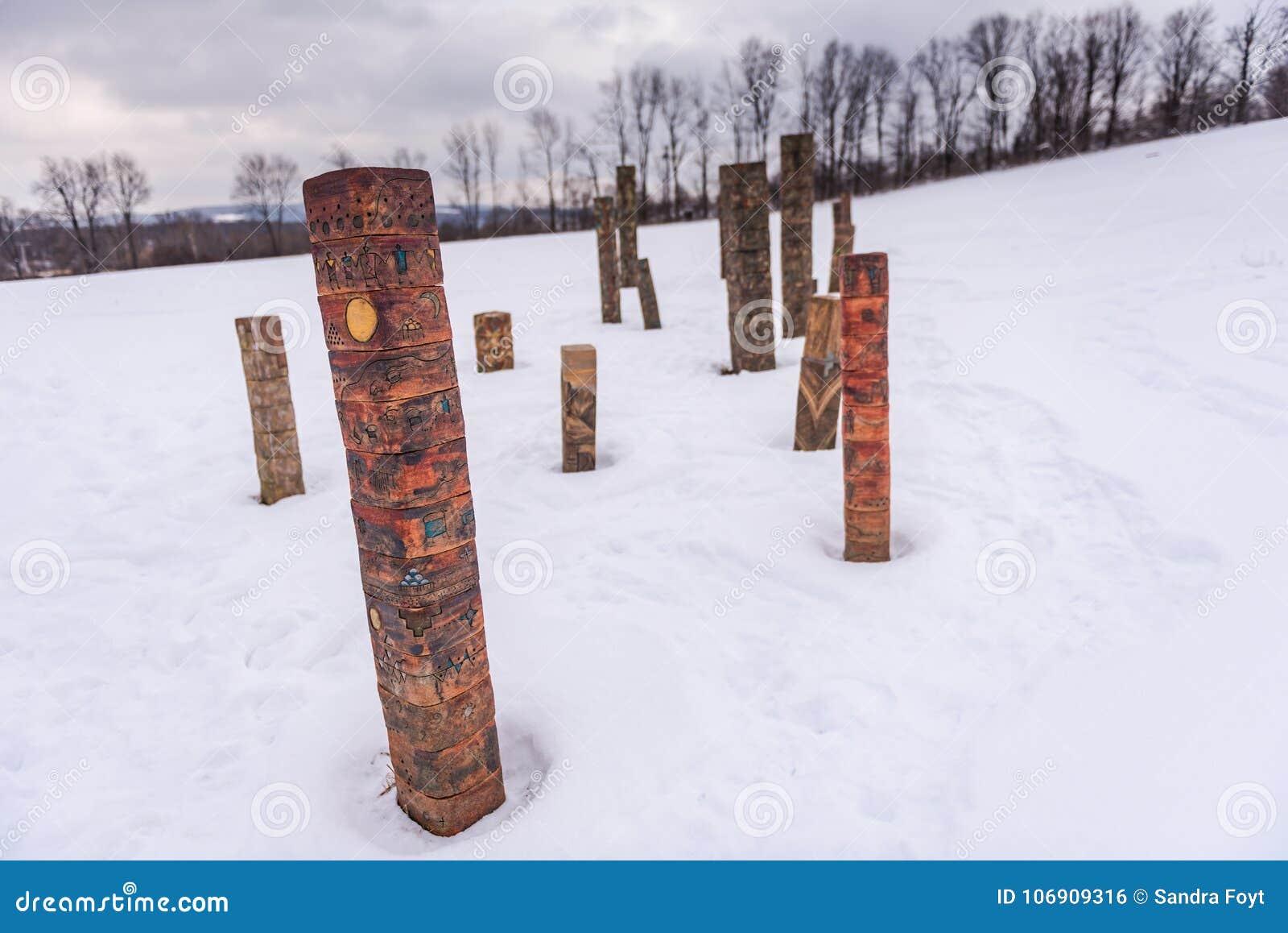 Totem - Kamienny łupu wzgórza sztuki park - Cazenovia, NY