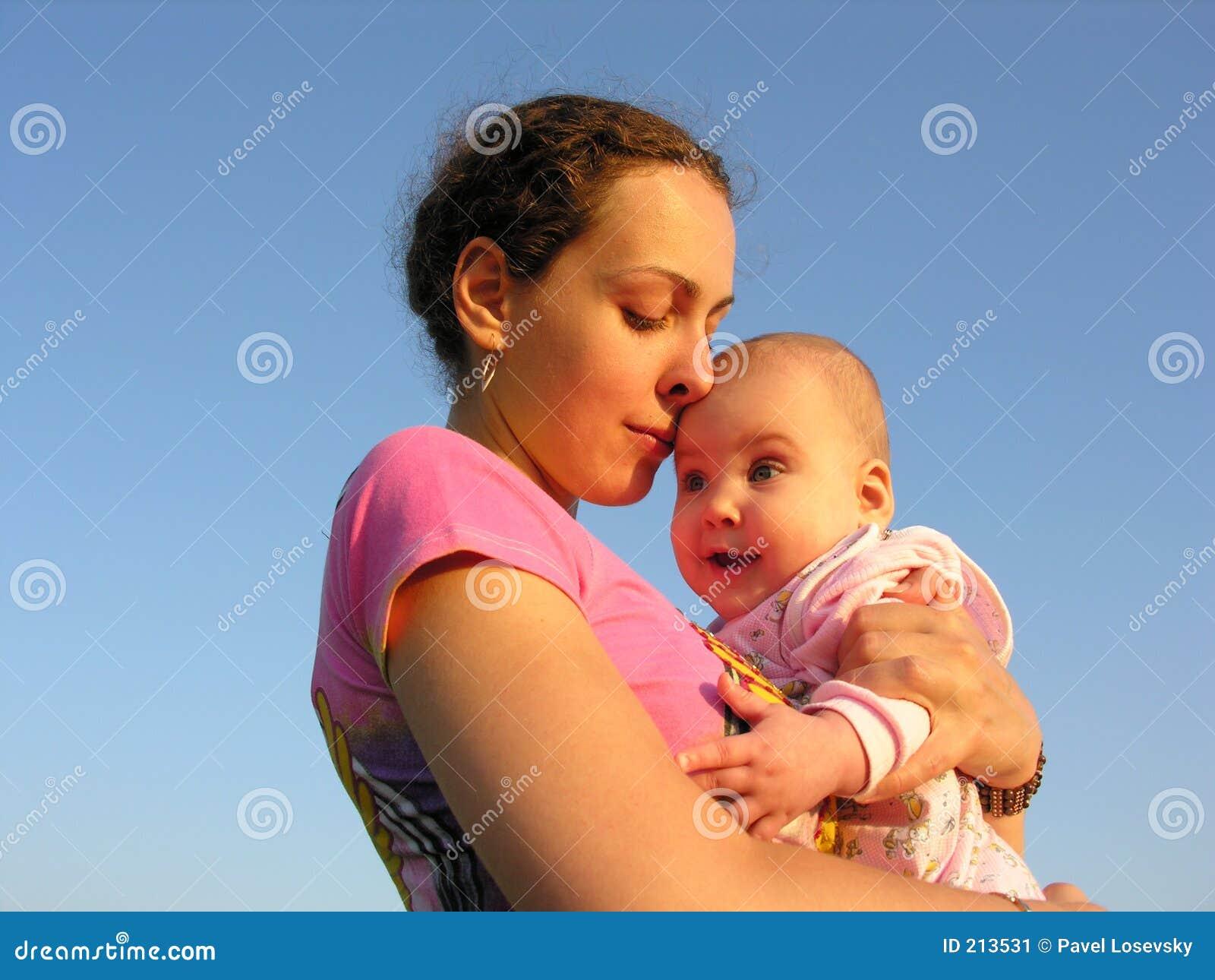 Touch för solnedgång för babyansiktemodernäsa