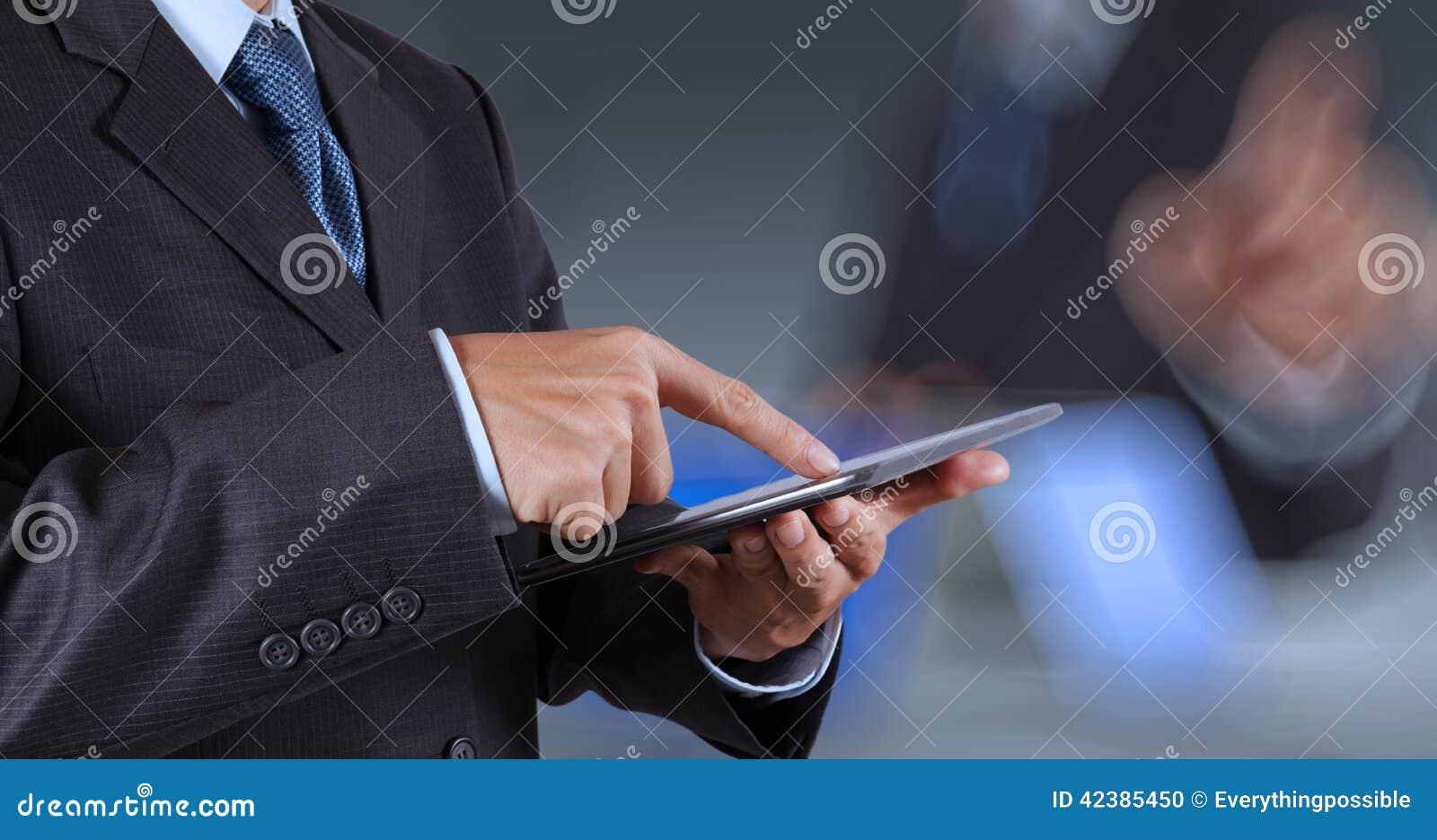 Touch screen funzionante del computer di successo dell uomo d affari