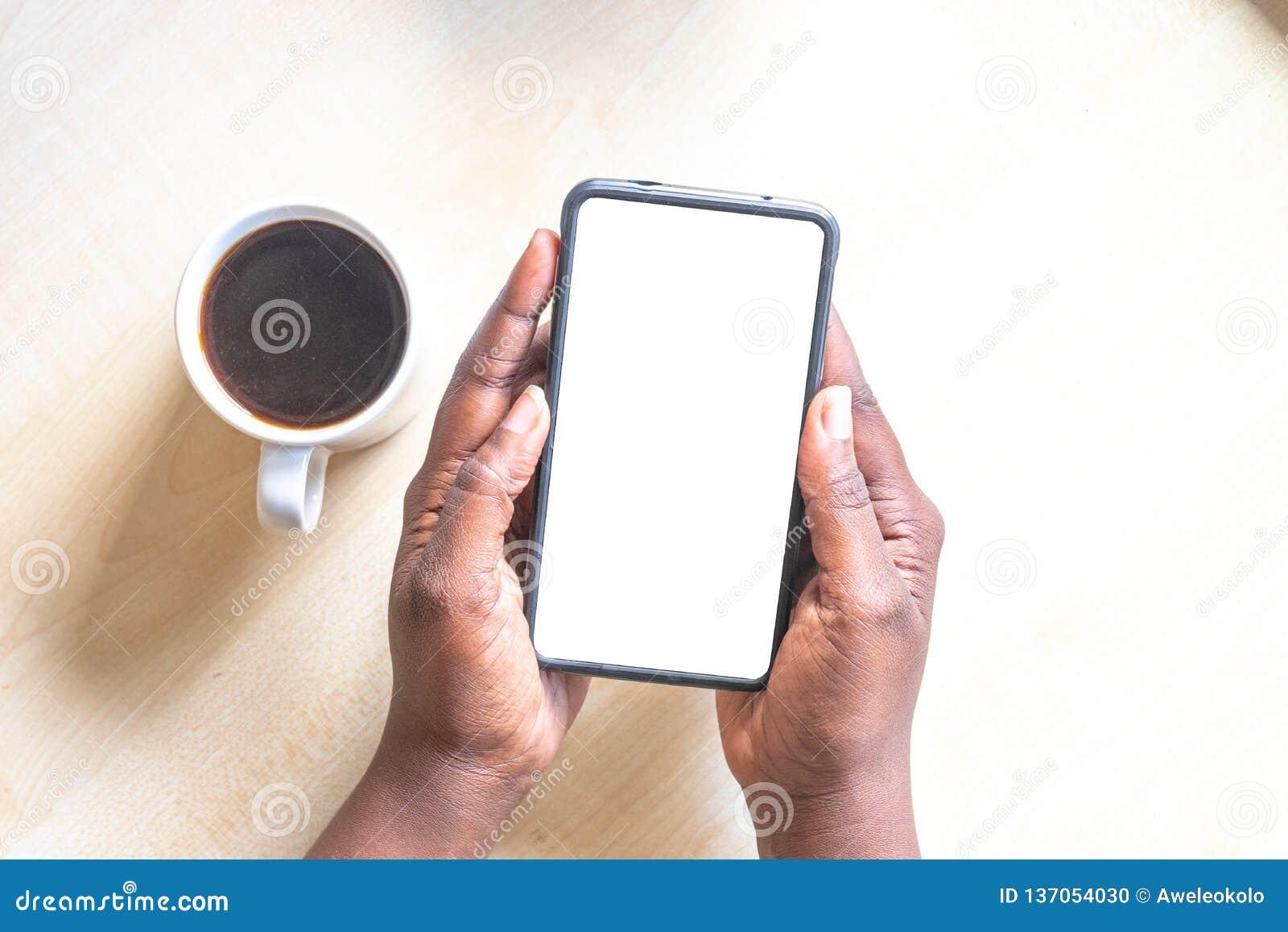 Touch screen mobiele telefoon, in de hand van de Afrikaanse vrouw Zwarte Vrouwelijke holdingssmartphone op groene openluchtachter
