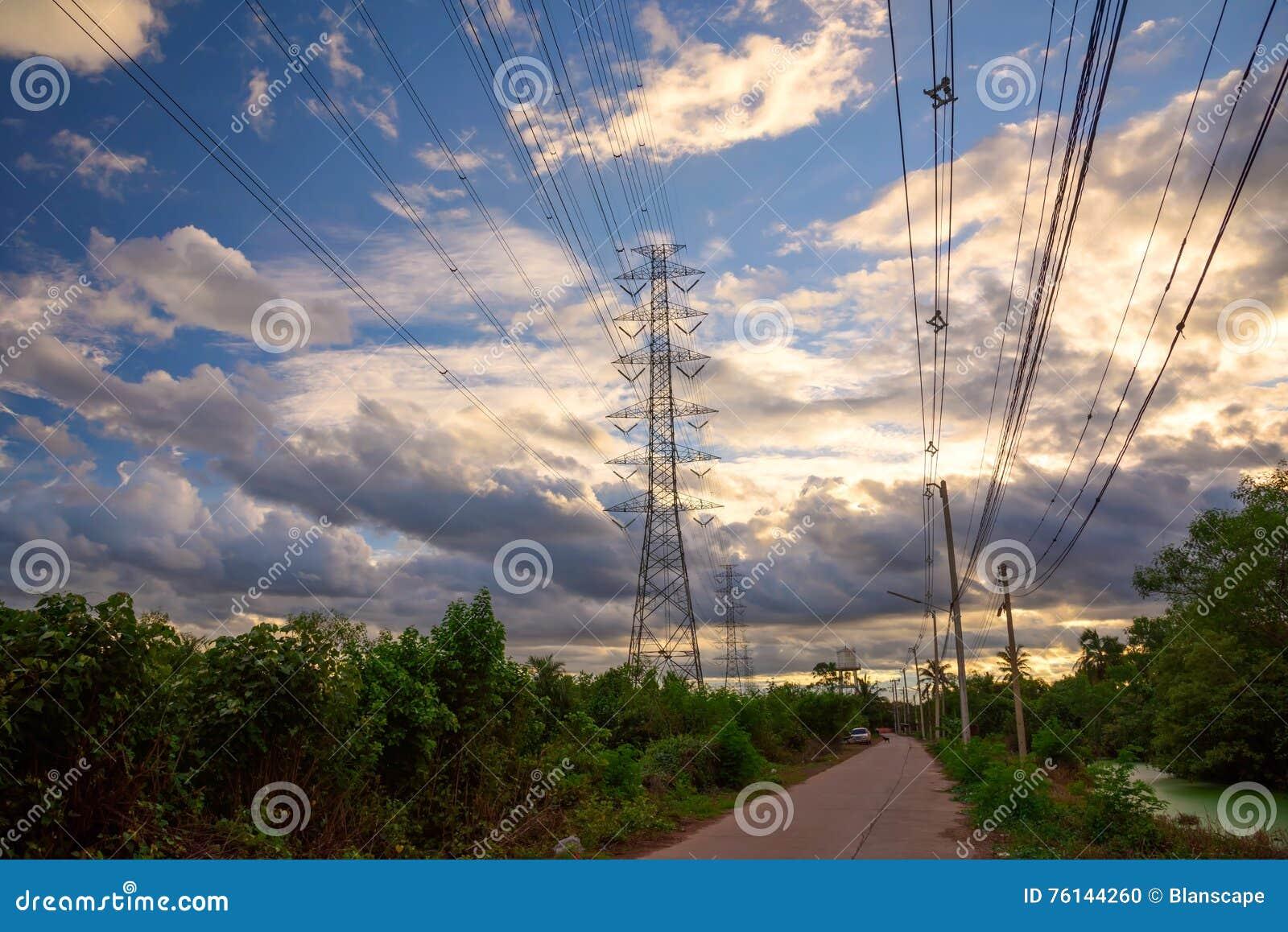 Tour à haute tension de l électricité au crépuscule
